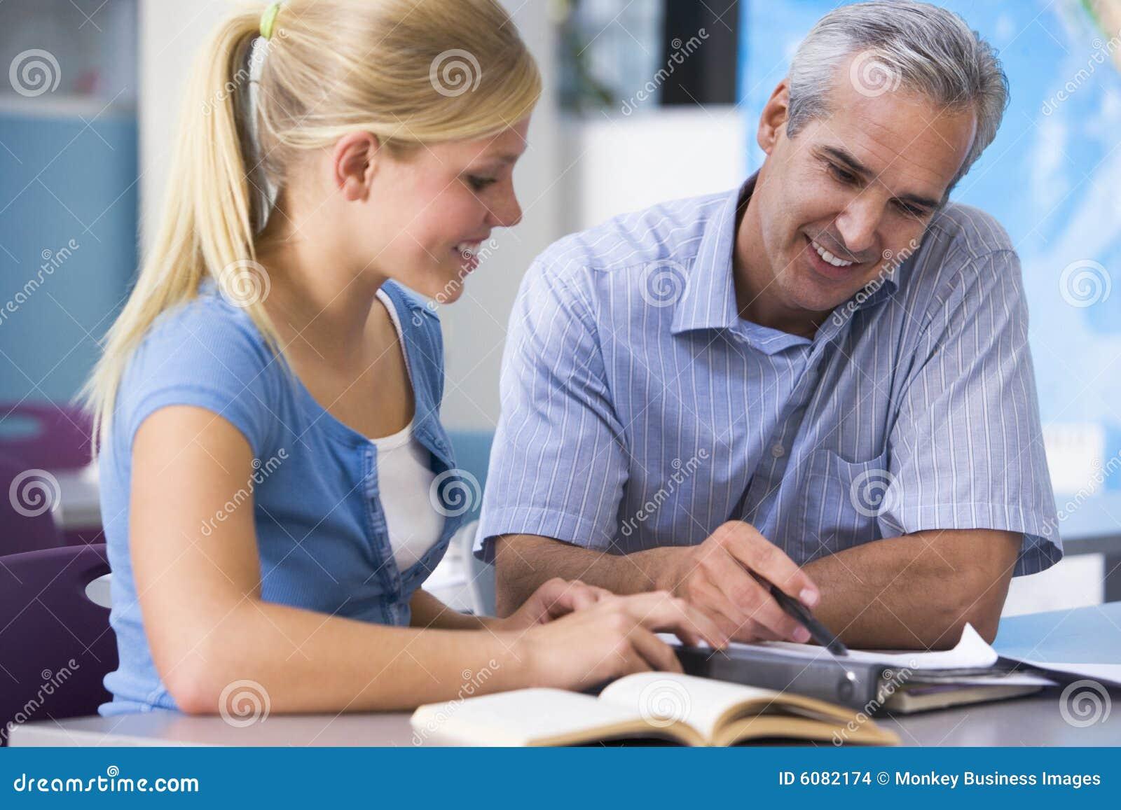 Een leraar instrueert een schoolmeisje
