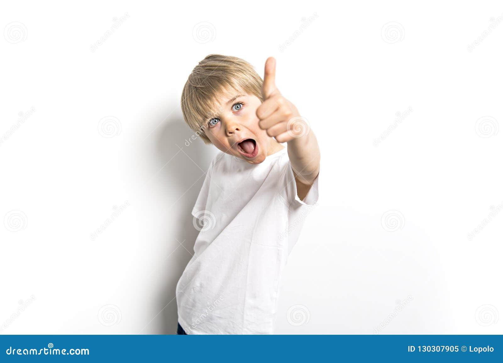 Een leuk positief oud portret van vijf jaar van de jongensstudio op witte achtergrond