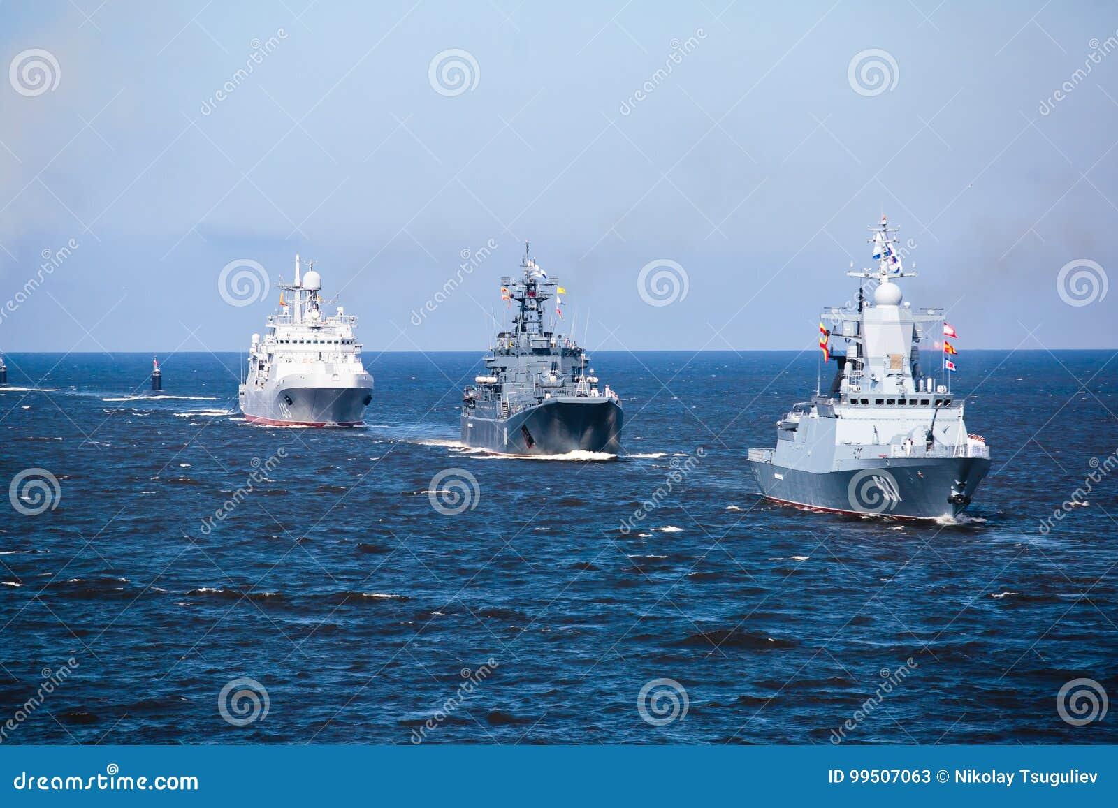 Een lijn van moderne Russische militaire zeeslagschepenoorlogsschepen in de rij, de noordelijke vloot en de Oostzeevloot in de op