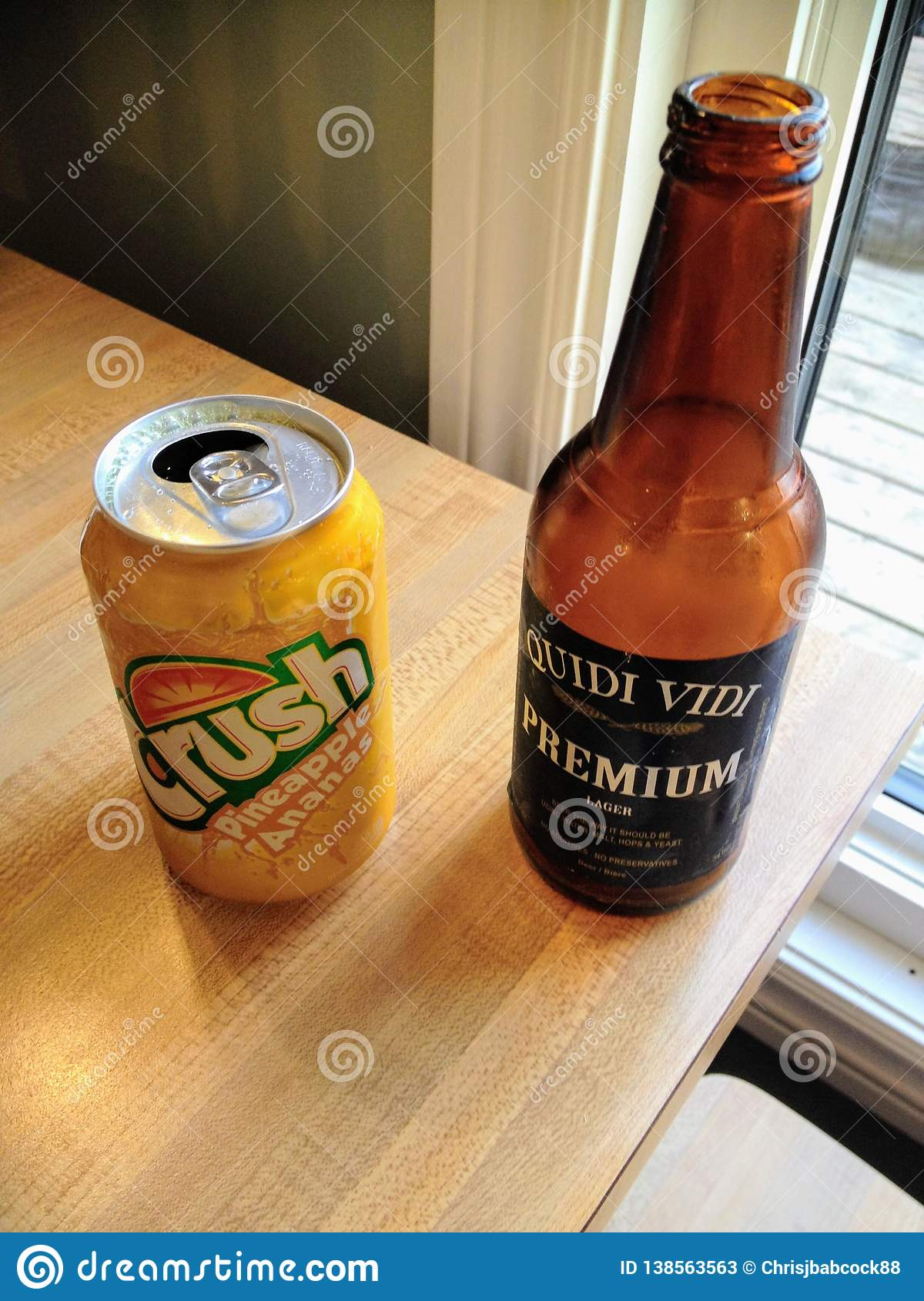 Een lijst met twee uniek dranken van Newfoundland, een bier van Quidi Vidi en een ananas bracht pop Verbrijzeling op smaak