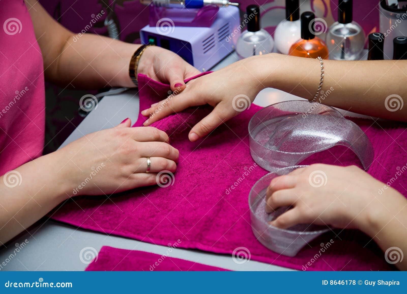 Een manicure is in een salon