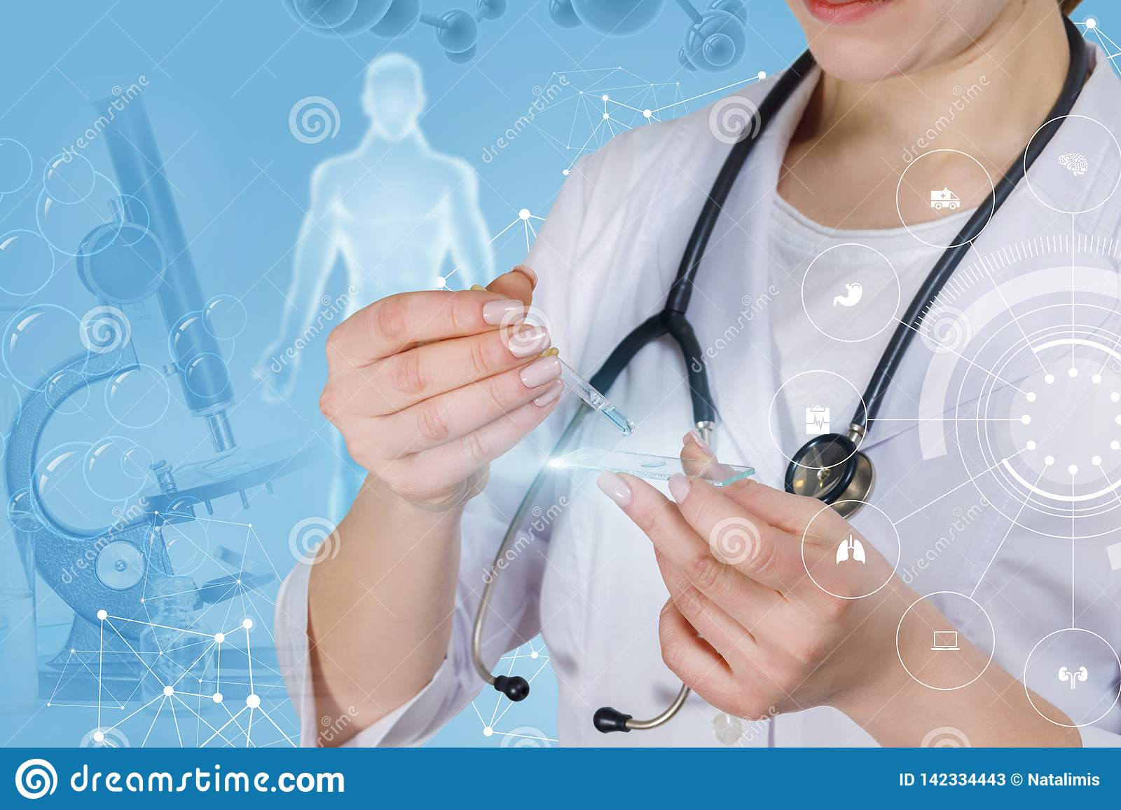 Een medische arbeider onderzoekt een steekproef
