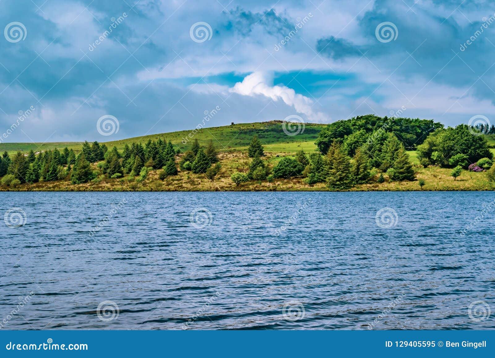 Een meer in het Nationale Park van Dartmoor