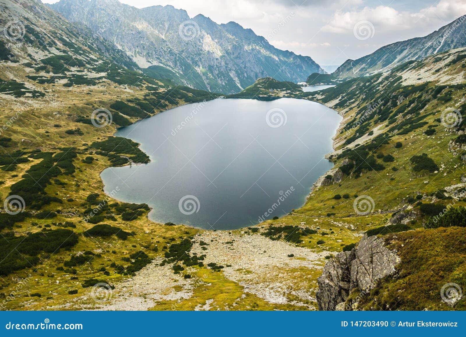 Een meer hoog in de bergen