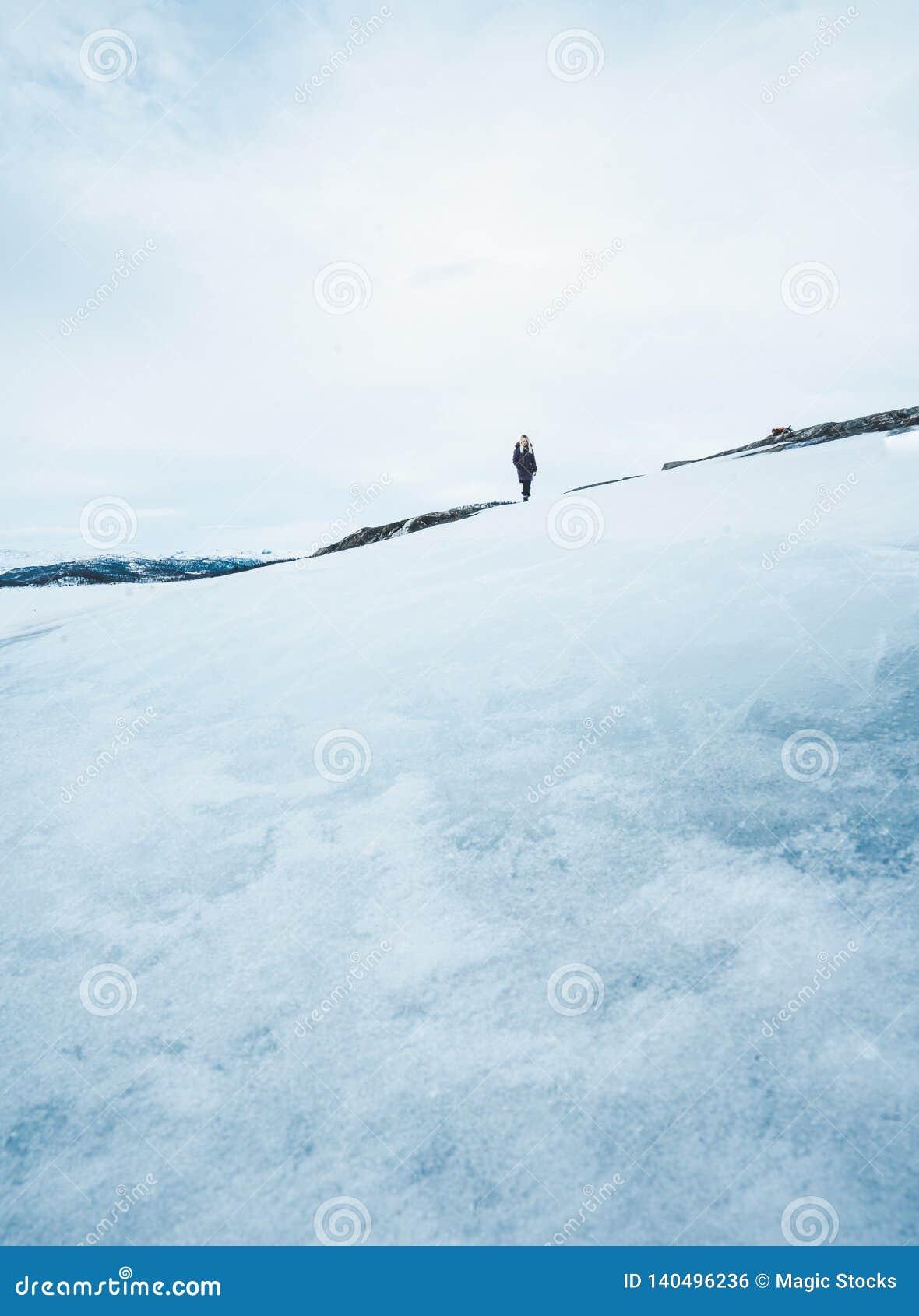 Een meisje buiten tijdens de winter