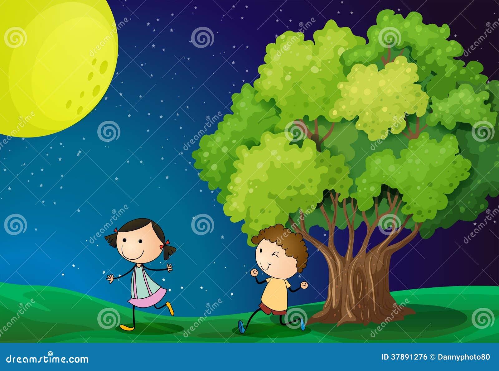 Een meisje en een jongen die onder heldere fullmoon spelen