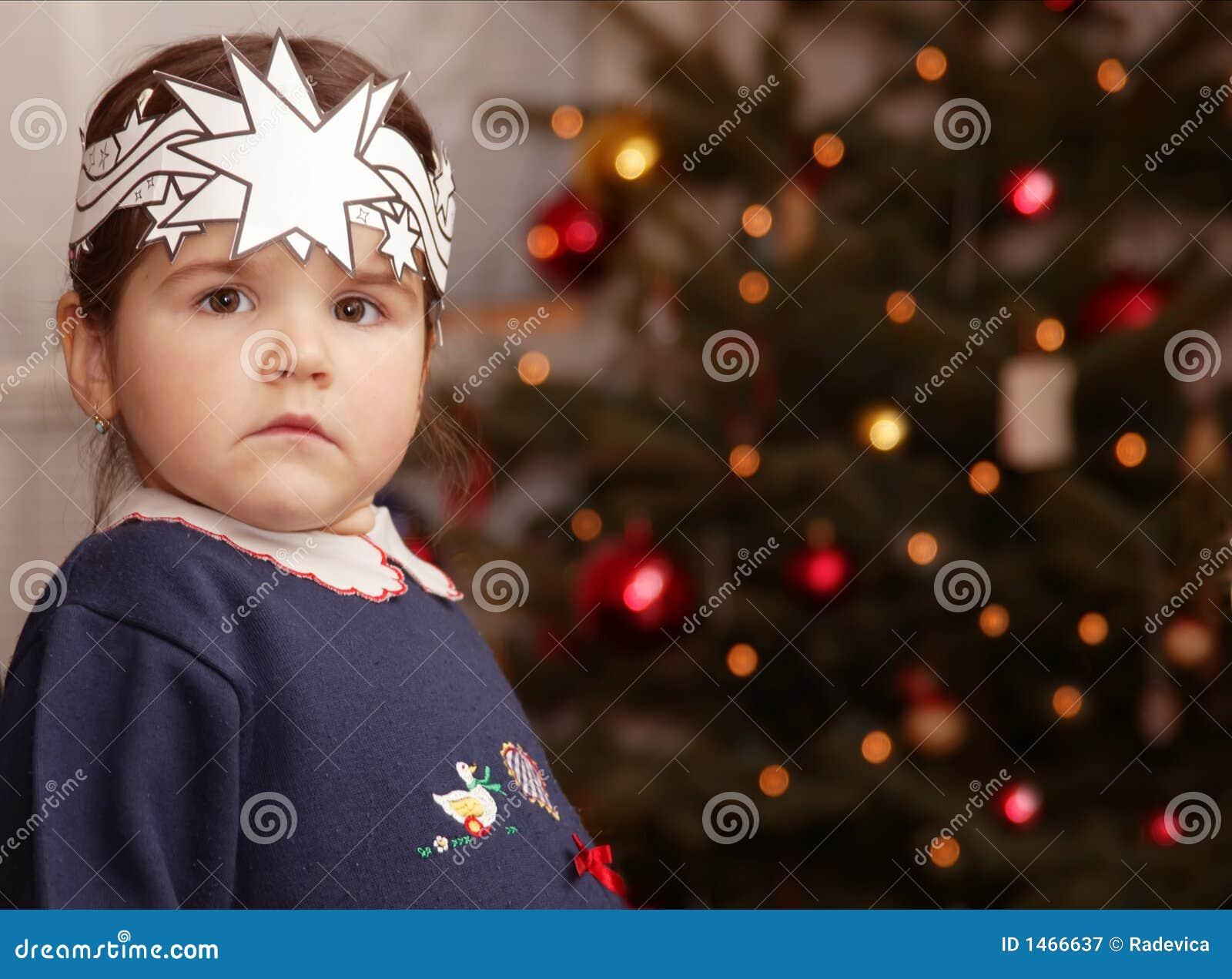 Een meisje en een Kerstmisboom