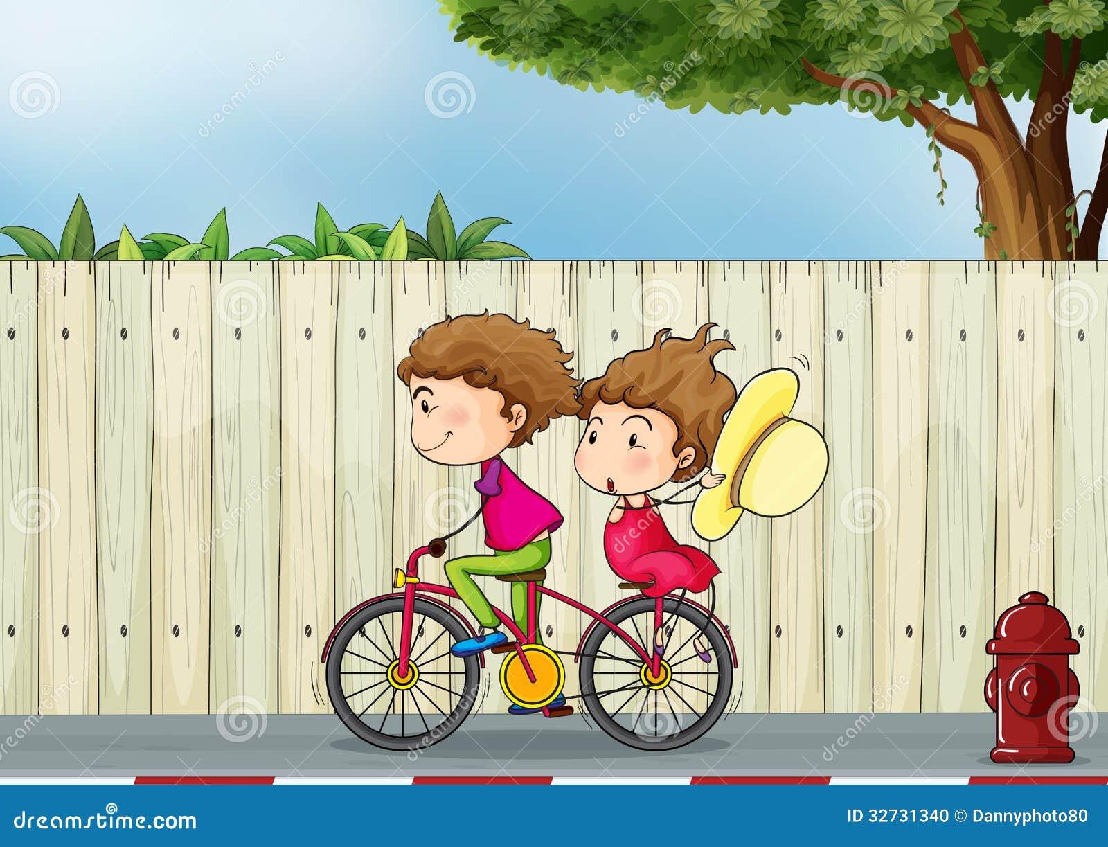 Een meisje en jongen het biking
