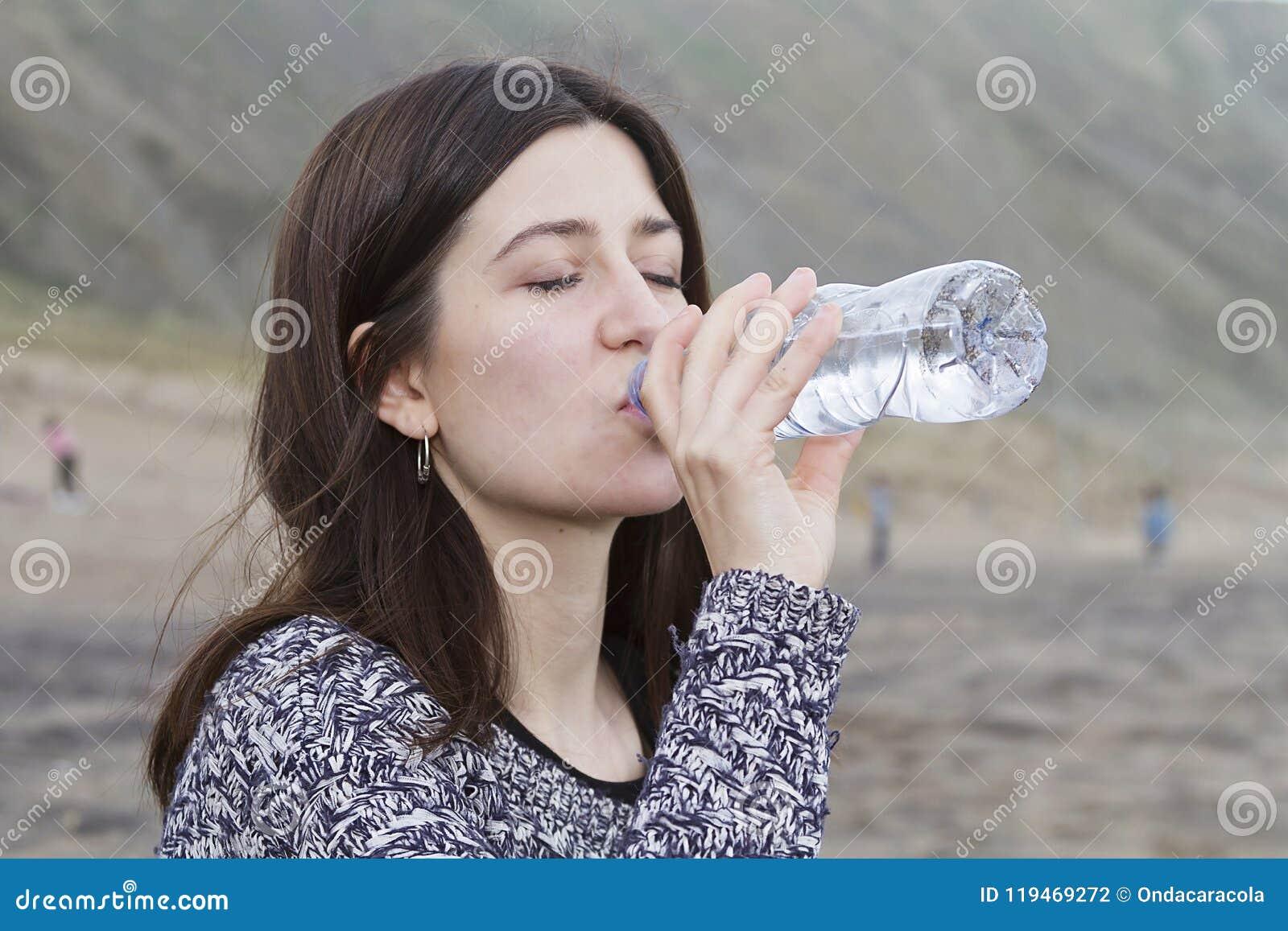 Een meisjes drinkwater in het strand