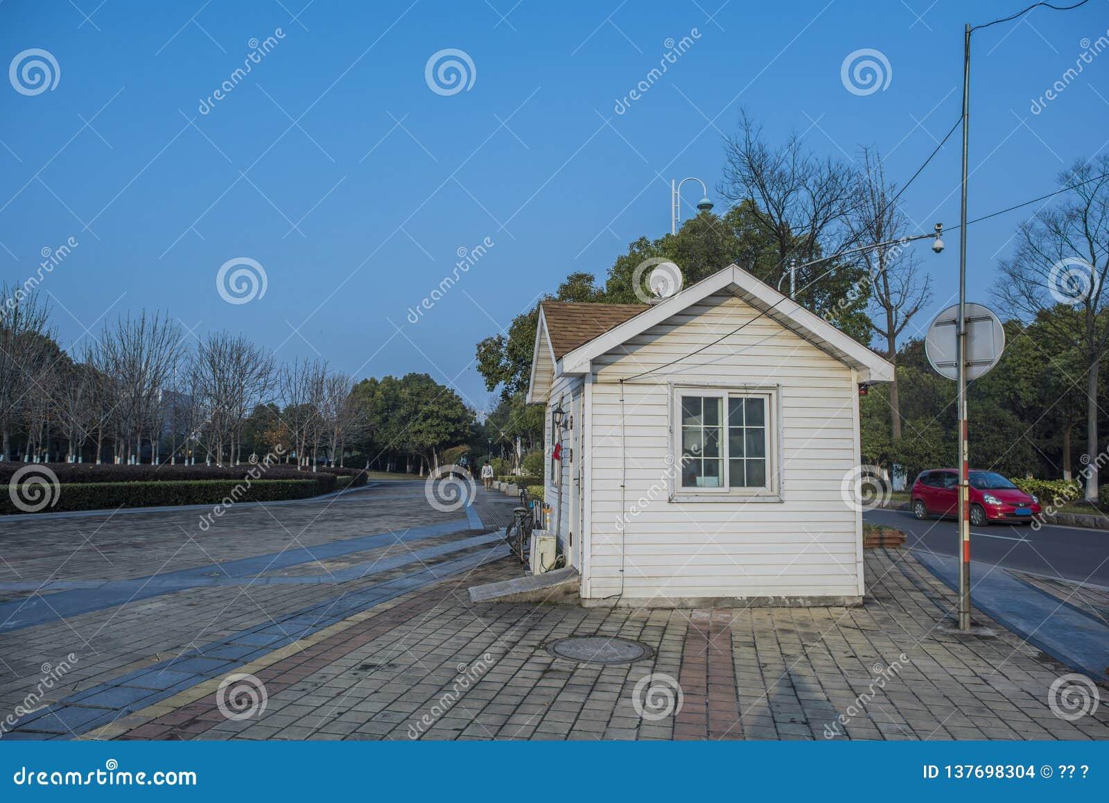 Een melkachtig wit huis in Hexi-Rivieroeverpark