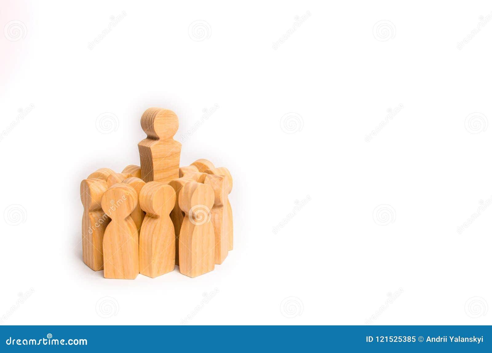 Een menigte van houten cijfers van mensen omringde hun leider en leider Het concept een bedrijfsleider Personeel manageme