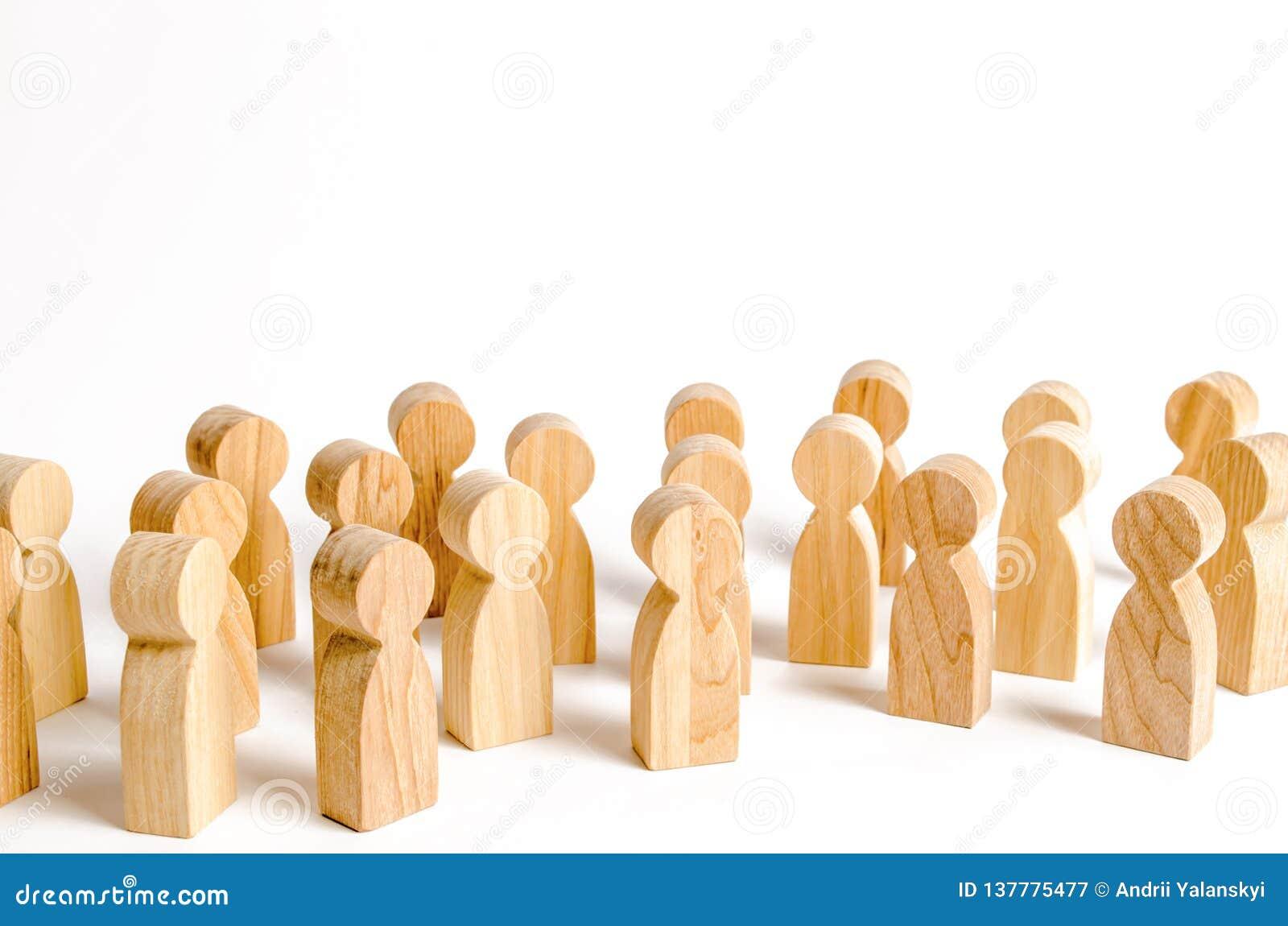 Een menigte van houten cijfers van mensen op een witte achtergrond Sociaal onderzoek en de publieke opinie, het electoraat bevolk