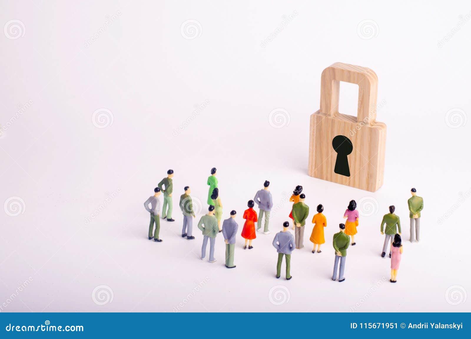 Een menigte van mensen bekijkt het hangslot Het concept veiligheid, cyber-veiligheid en privacy van persoonsgegevens van gebruike
