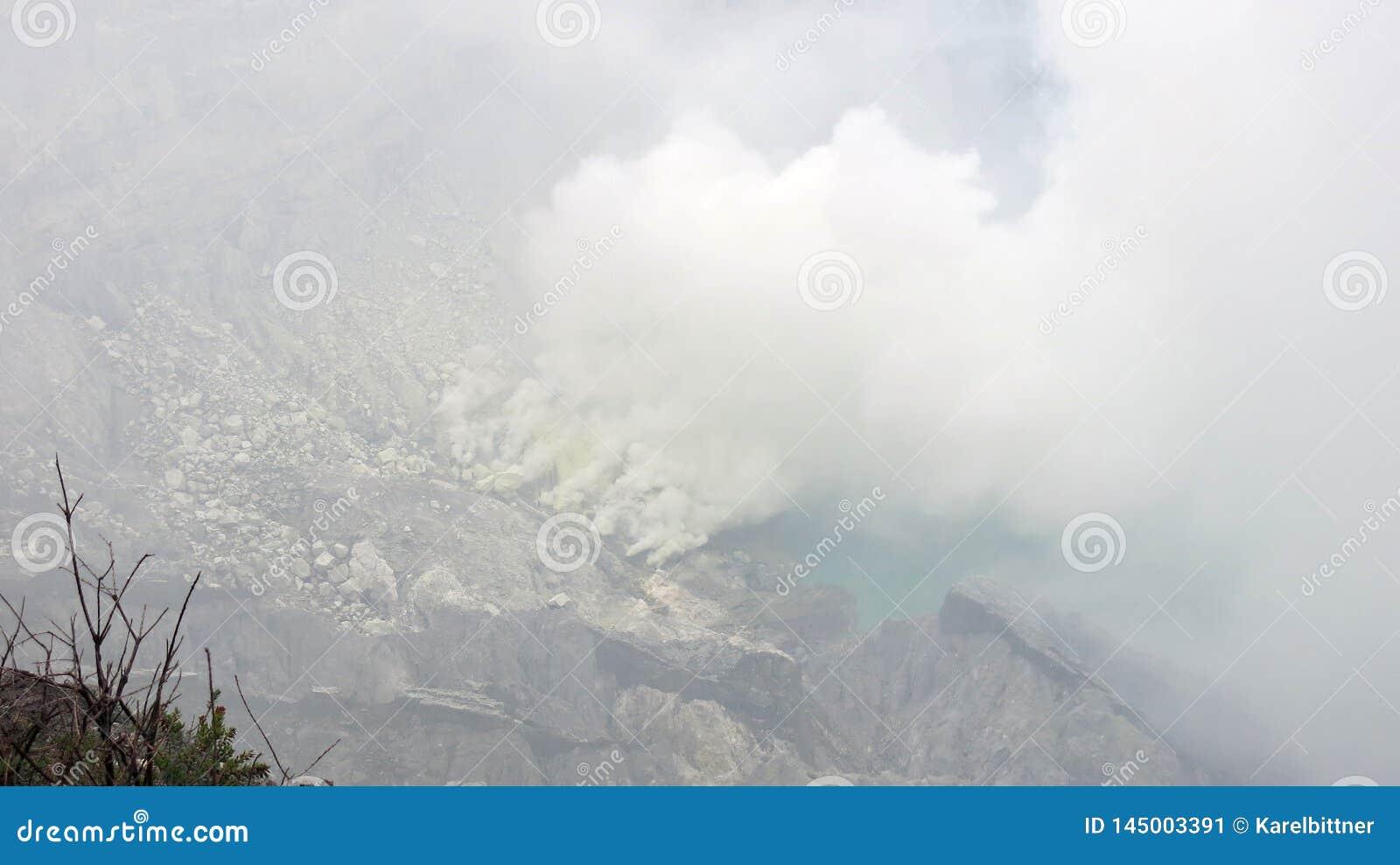 Een mening in de krater van de actieve vulkaan van Kawah Ijen waar het zure meer wordt gevestigd