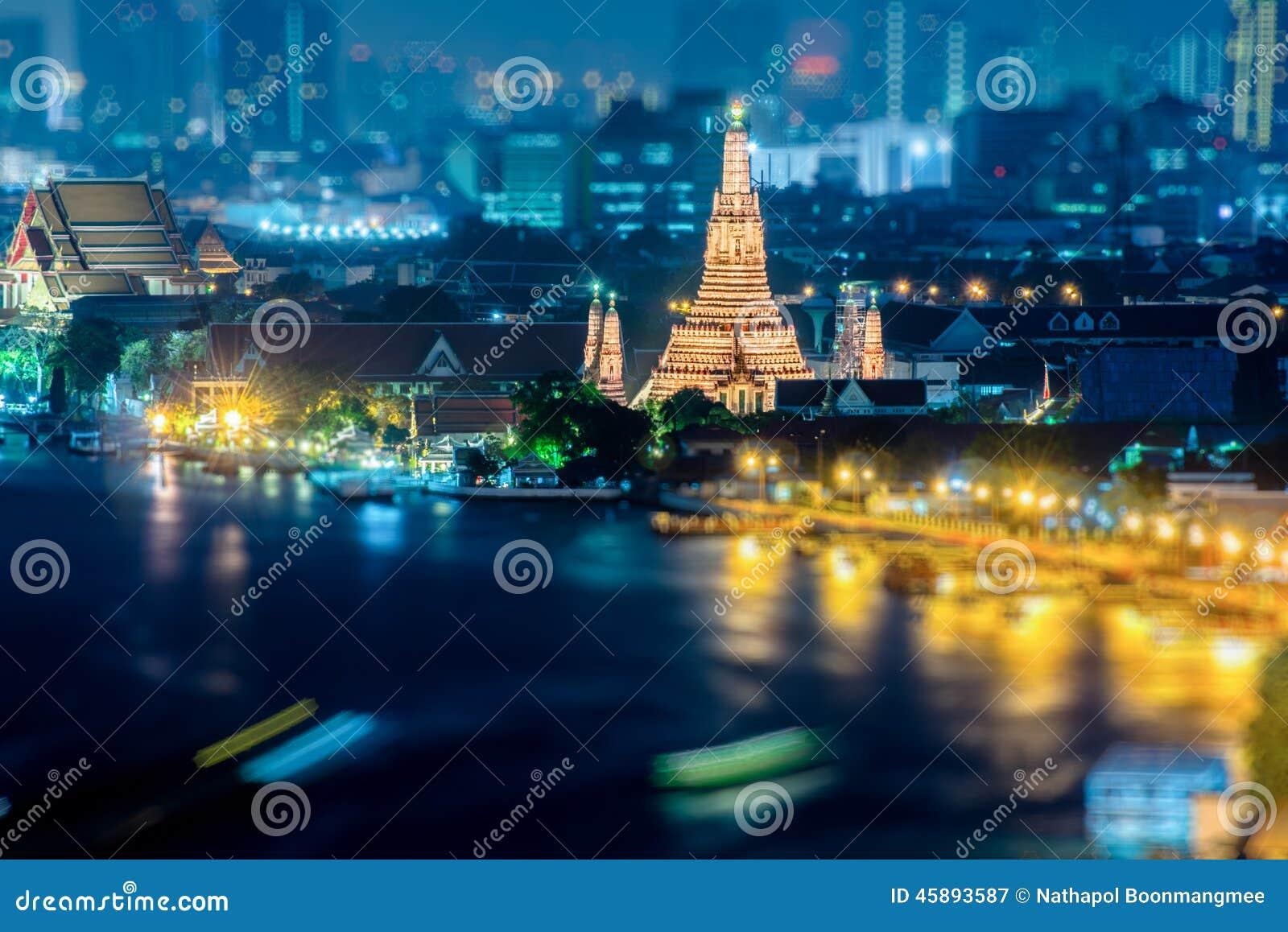 Een mening van Chao Praya River in schemering Bangkok, Thailand