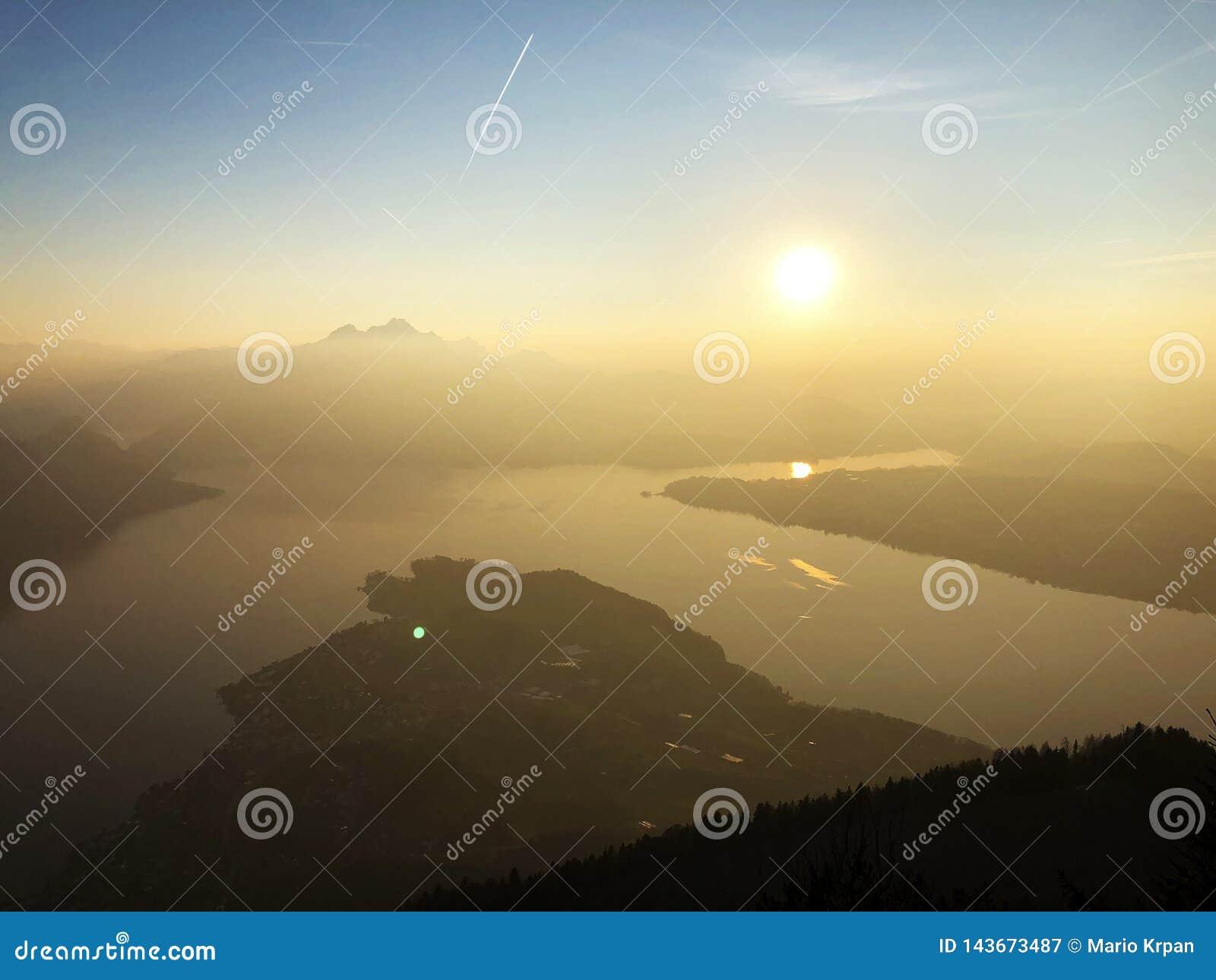 Een mening van de mooie zonsondergang over de meren Luzerne Vierwaldstättersee en Kà ¼ ssnachterseemeer van de Rigi-Berg