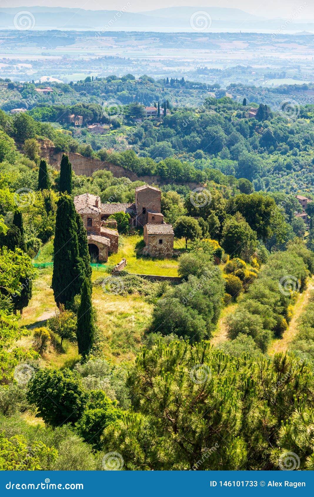 Een mening van het platteland die de middeleeuwse stad van Montepulciano in Toscanië, Italië omringen
