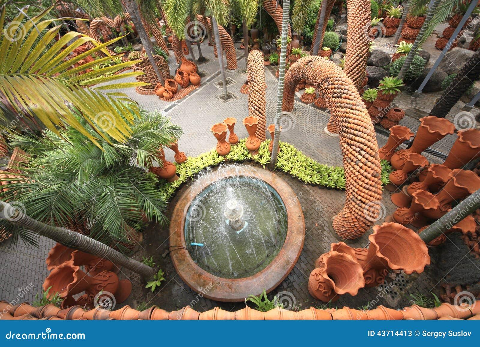 Een Mening Van Hierboven Aan Fontein En Potten In De Tropische Botanische Tuin Van Nong Nooch