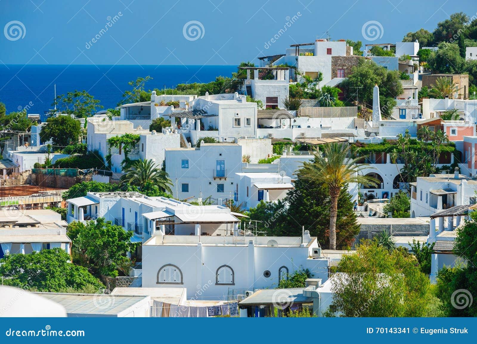 Huizen In Italie : Een mening van panarea eiland met typische witte huizen italië