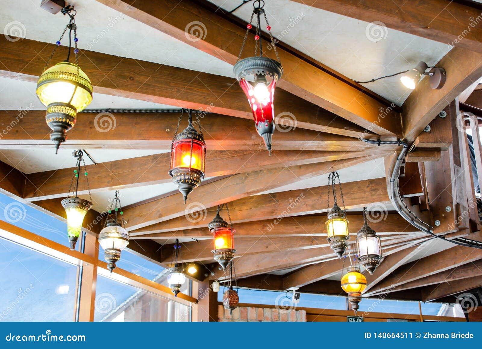 Een mening van plafond met originele creatieve uitstekende lampen op het in een Europese bar