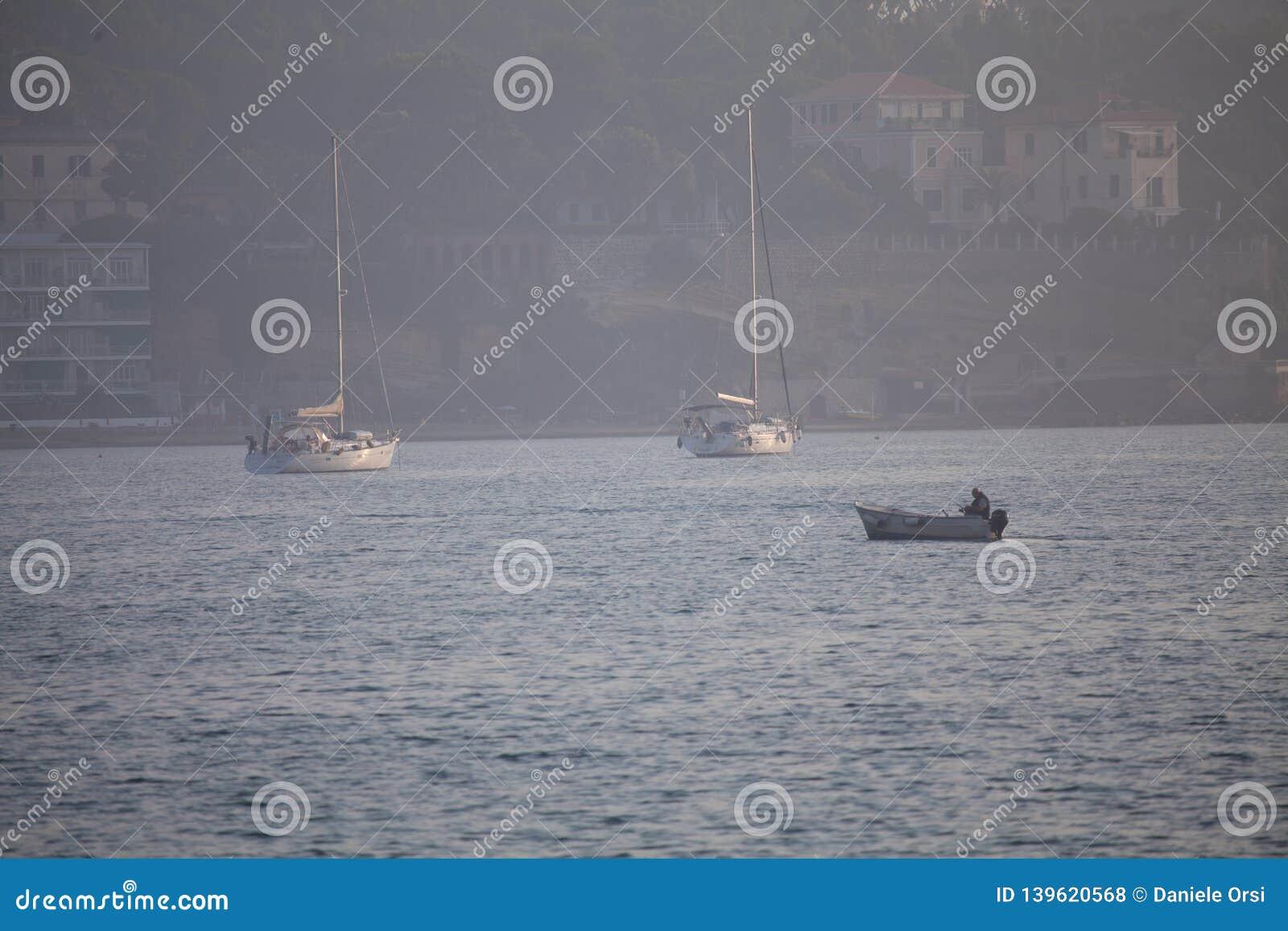 Een mening van een visnet binnen van de boot in het overzees Mooi kalm overzees en water tijdens een hete de zomerdag
