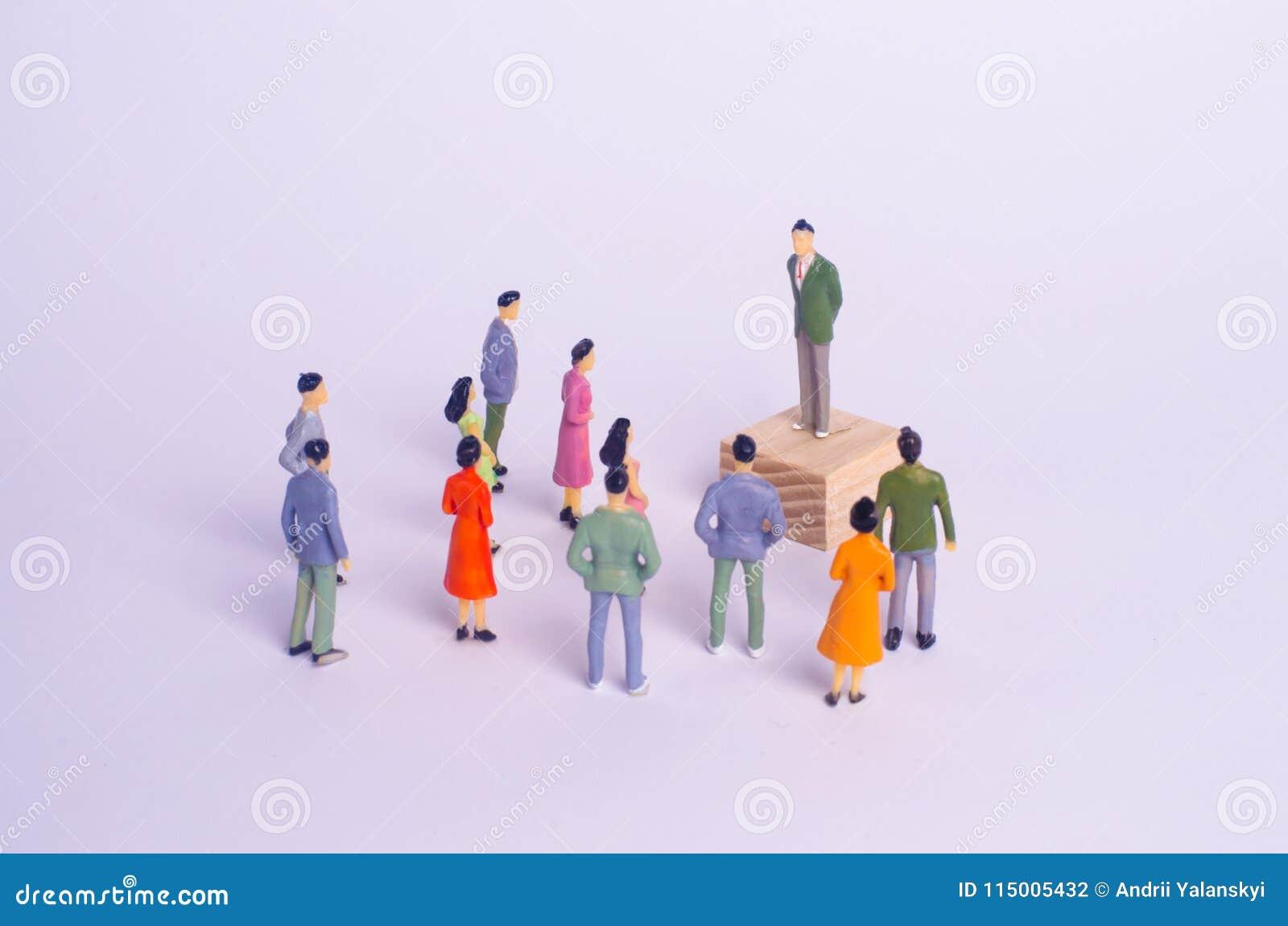 Een mens bevindt zich en ageert mensen Het concept democratische verkiezingen, politiek proces, referendum Een persoon stemt in v
