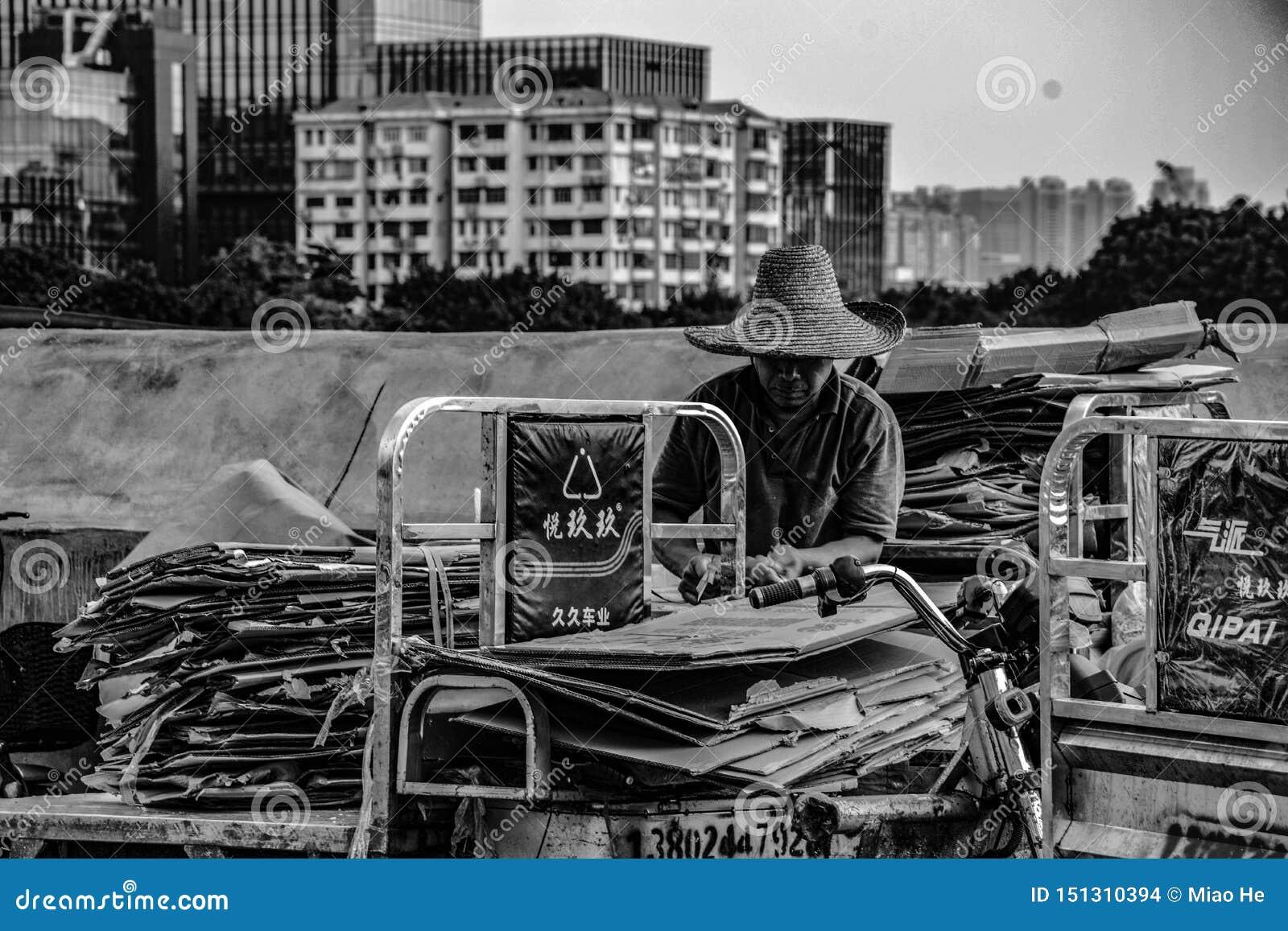 Een mens die afval bij Huangsha-Visserijmarkt verzamelt