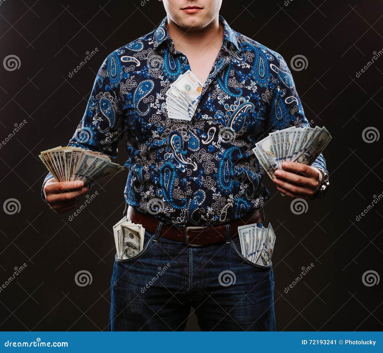 Een mens die heel wat geld houden Bankbiljetten van 100 dollars in verschillende zakken, het concept corruptie