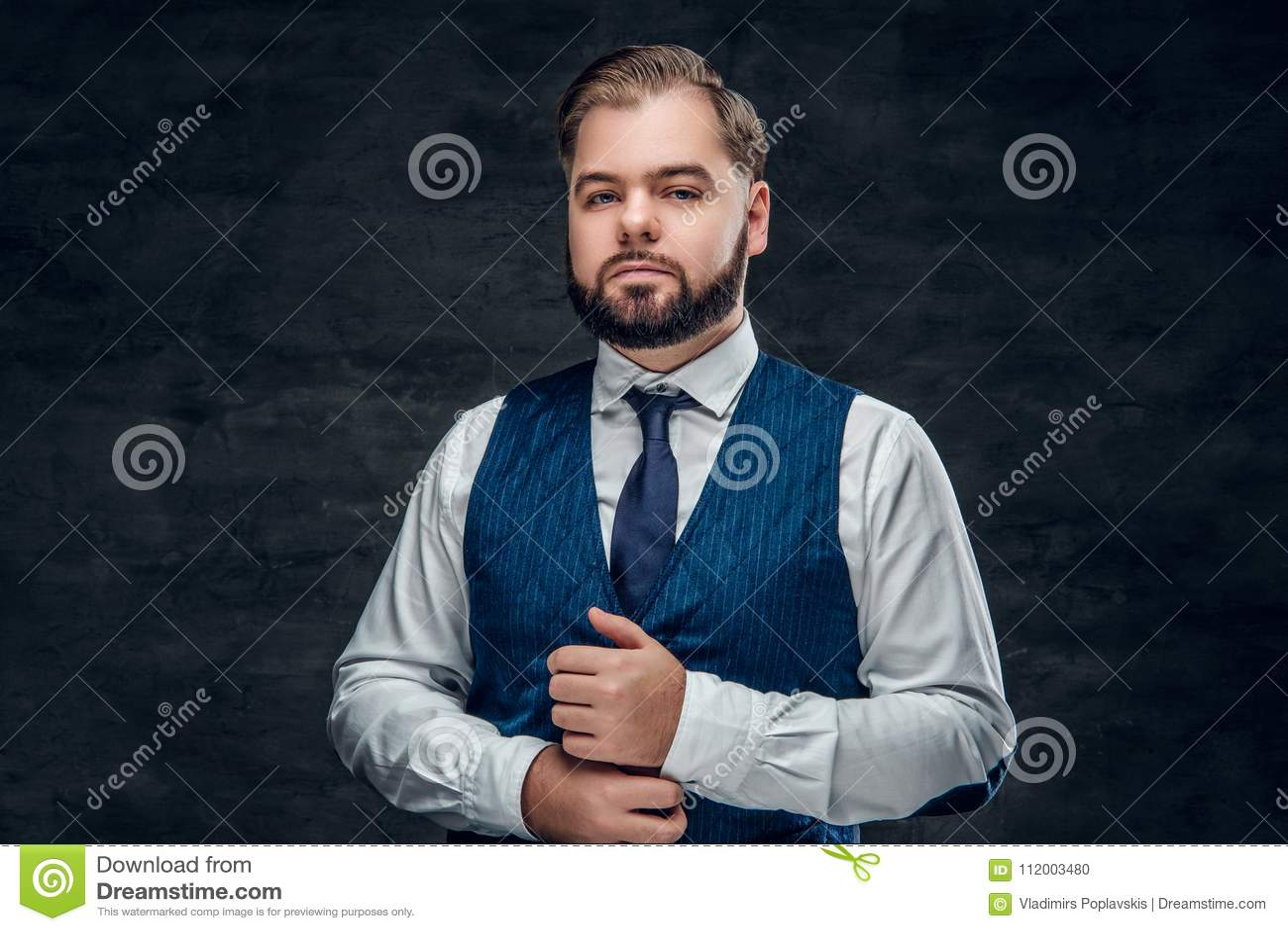 Een mens die klassiek vest en slanke vlinderdas dragen