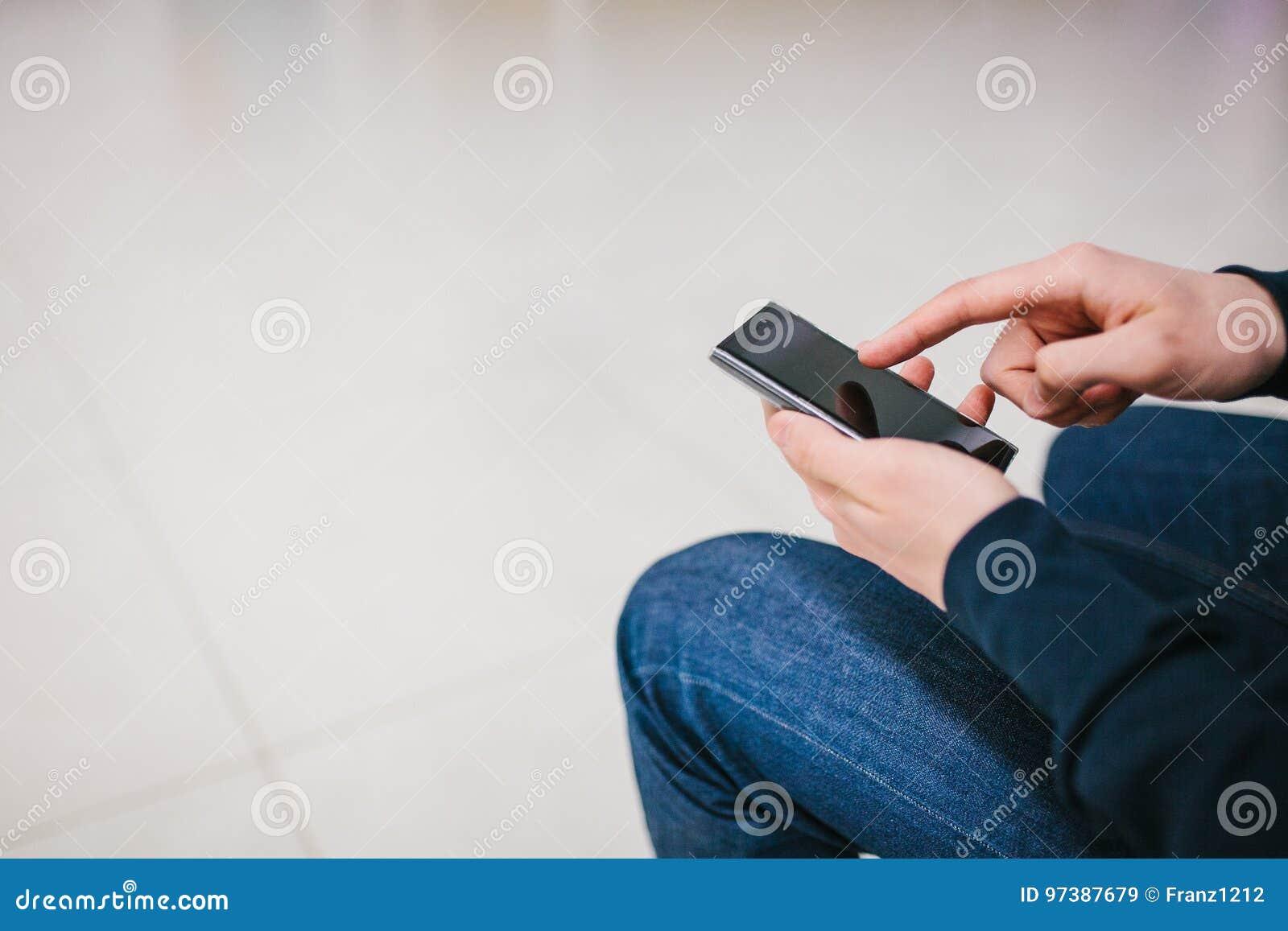 Een mens gebruikt mobiele telefoontoepassingen voor sociale mededeling