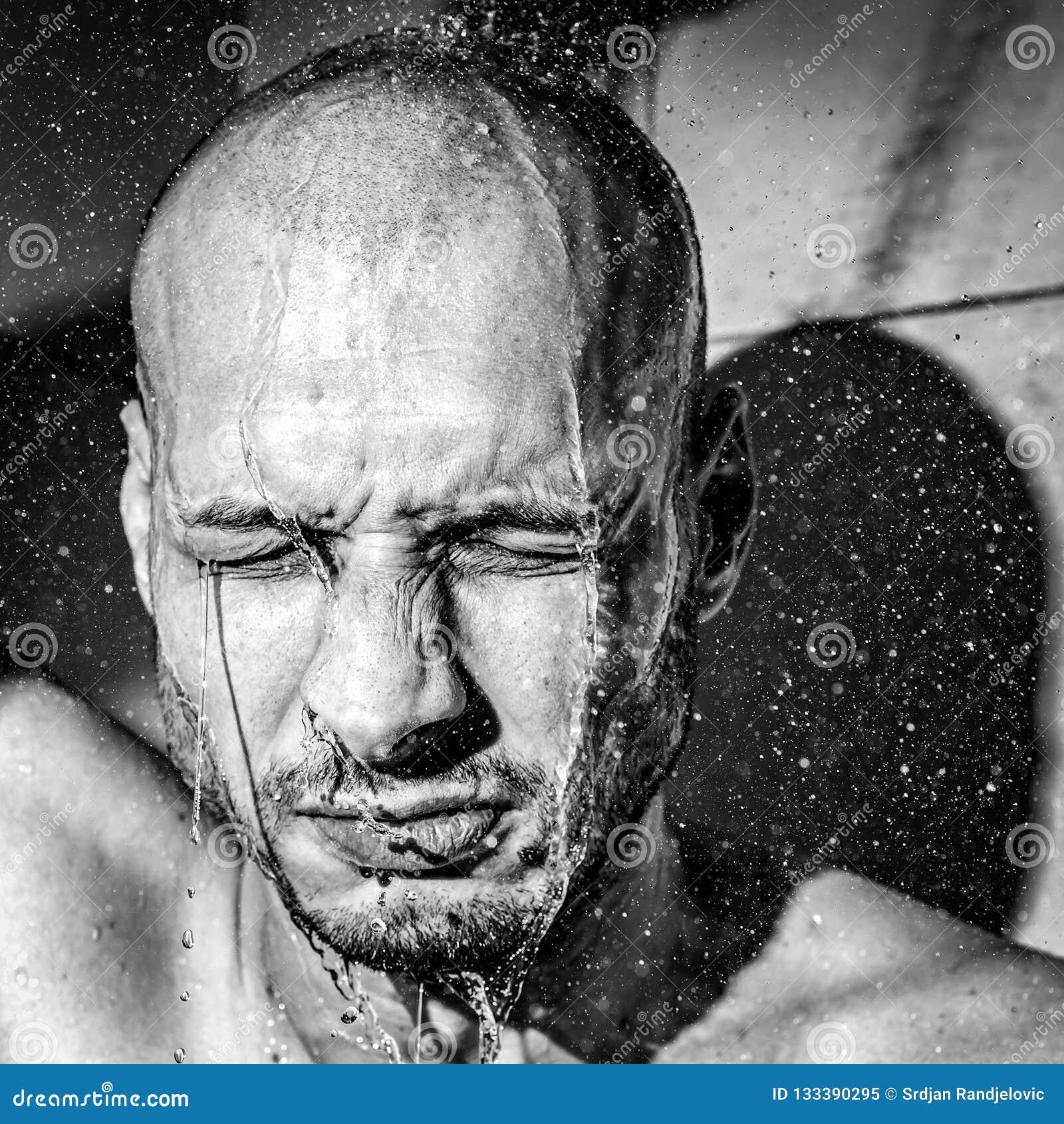 Een mens geeft zich een domper neer na het werk aan rust na hard gefrustreerde en zenuwachtige dag bij zijn baan dicht omhoog zwa