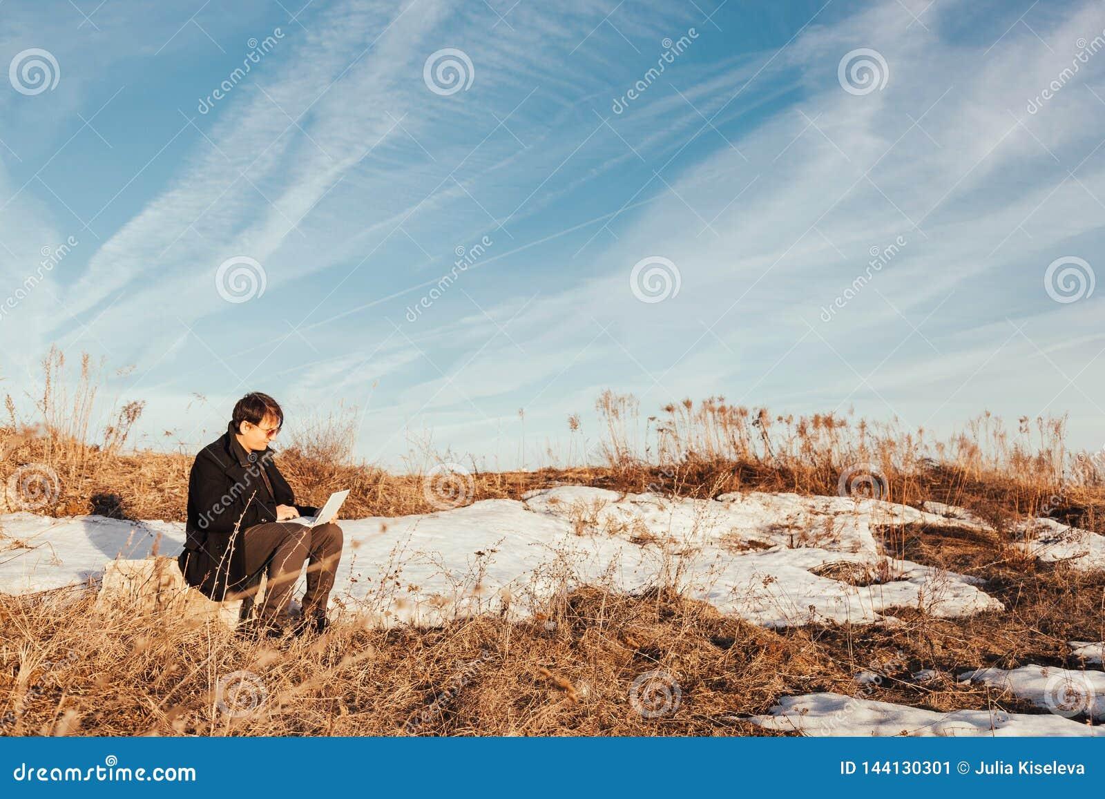 Een mens met laptop op de straat