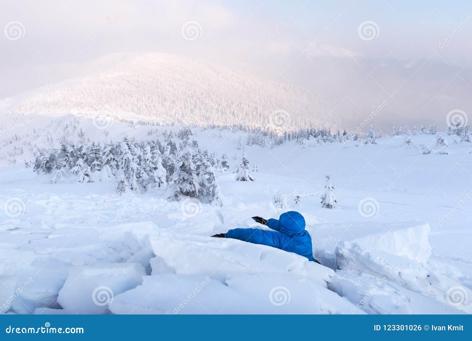 Een mens omvat met een sneeuwlawine