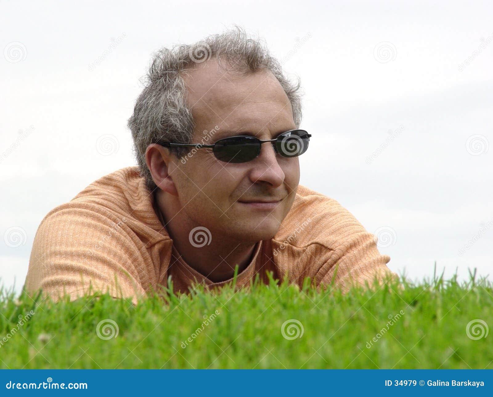 Een mens op het gras