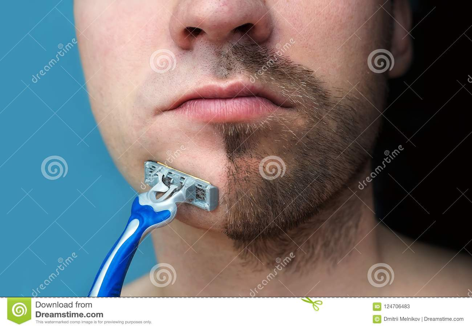 Een mens scheert zijn gezicht zonder pijn ervaren en room of schuim die, die lijden Half geschoren gezicht half overwoekerd met e