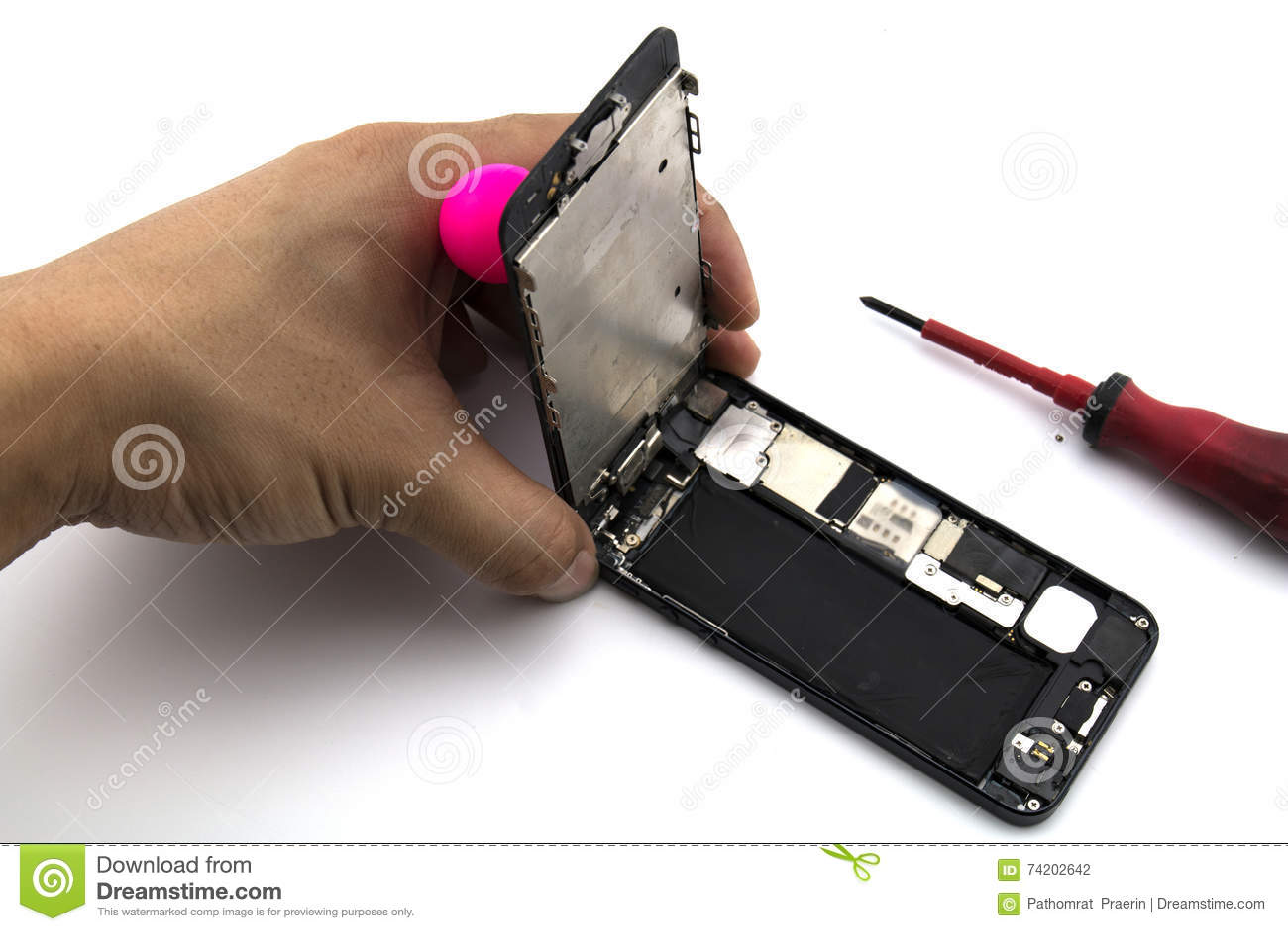 Een mens was hersteller He voorbereidingen treft om het mobiele scherm en het geval van de telefoonverandering te herstellen