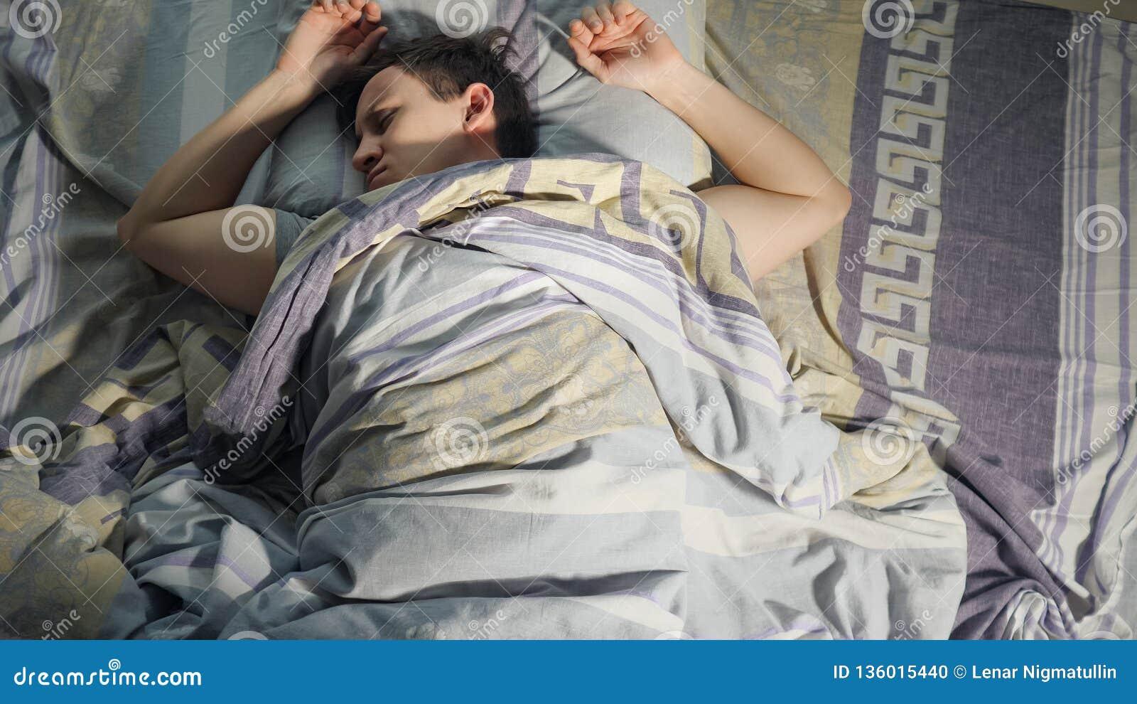 Een Mens wekt van Nachtmerrie, Slechte Droom en Rusteloze Slaap bij Nacht