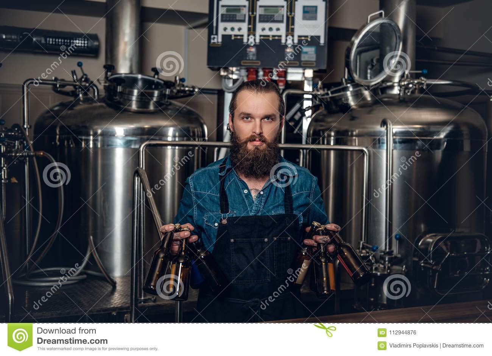 Een mensenfabrikant die bier in microbrewery voorstellen