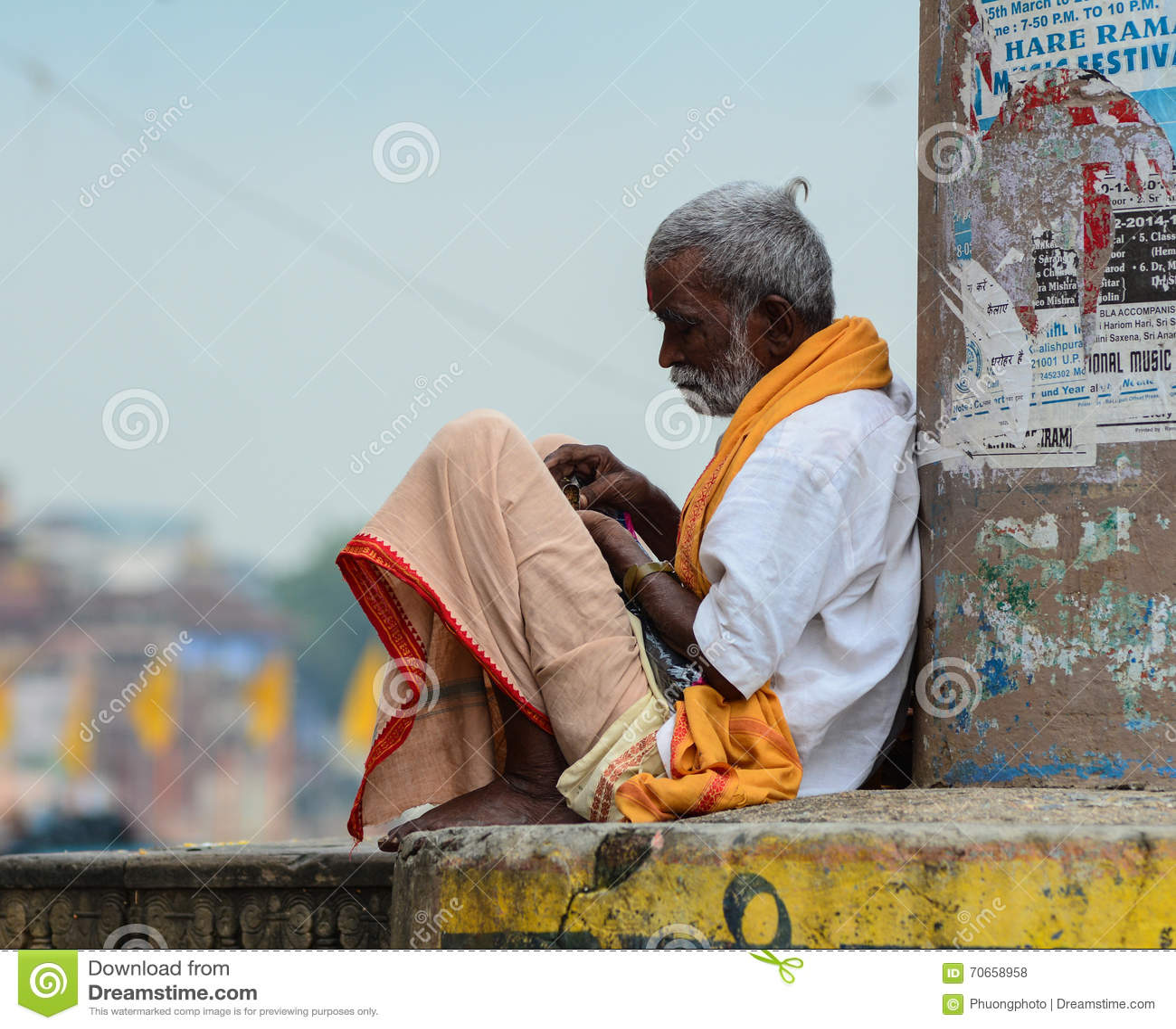 Een mensenzitting op straat in Varanasi, India