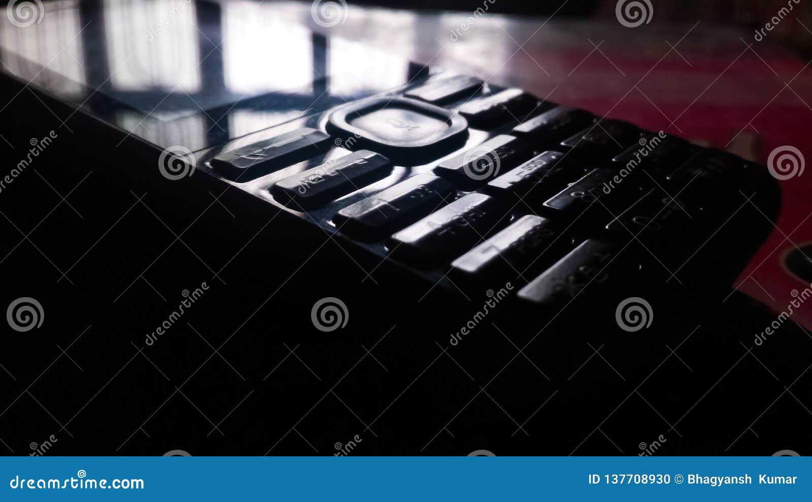 EEN MOBIELE TELEFOON DIE OP LICHT WIJZEN