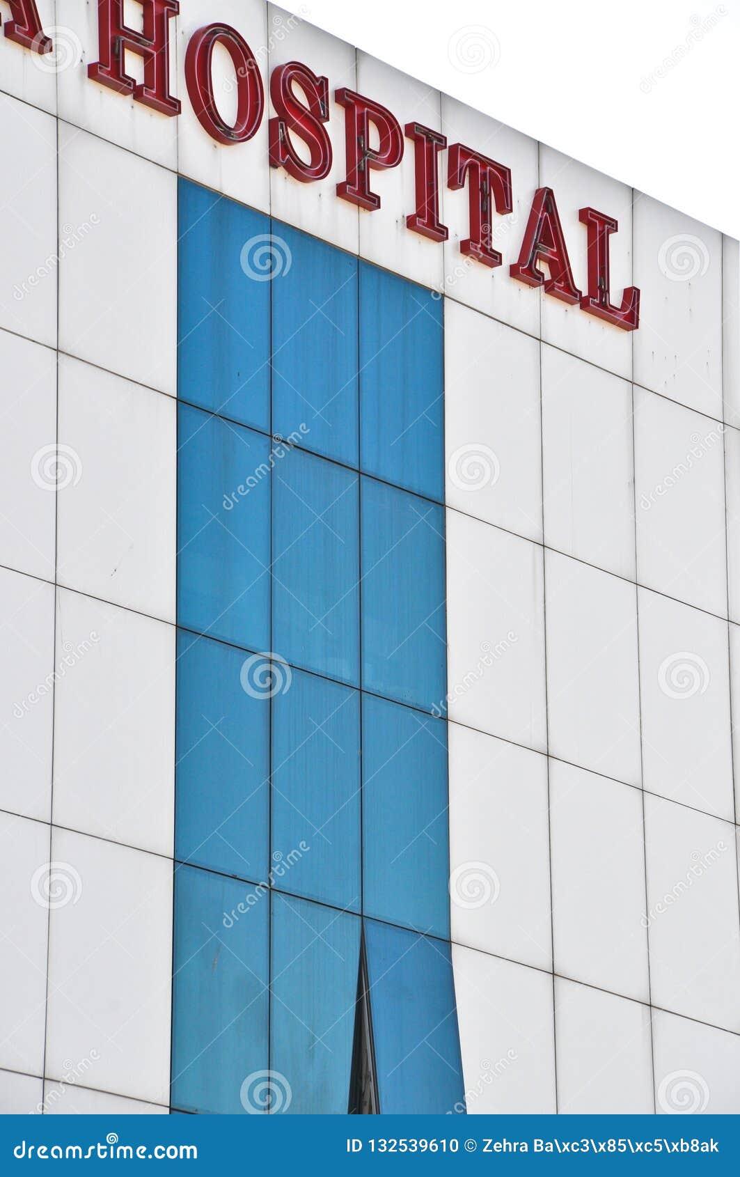 Een modern blauw gebouw van het glasziekenhuis