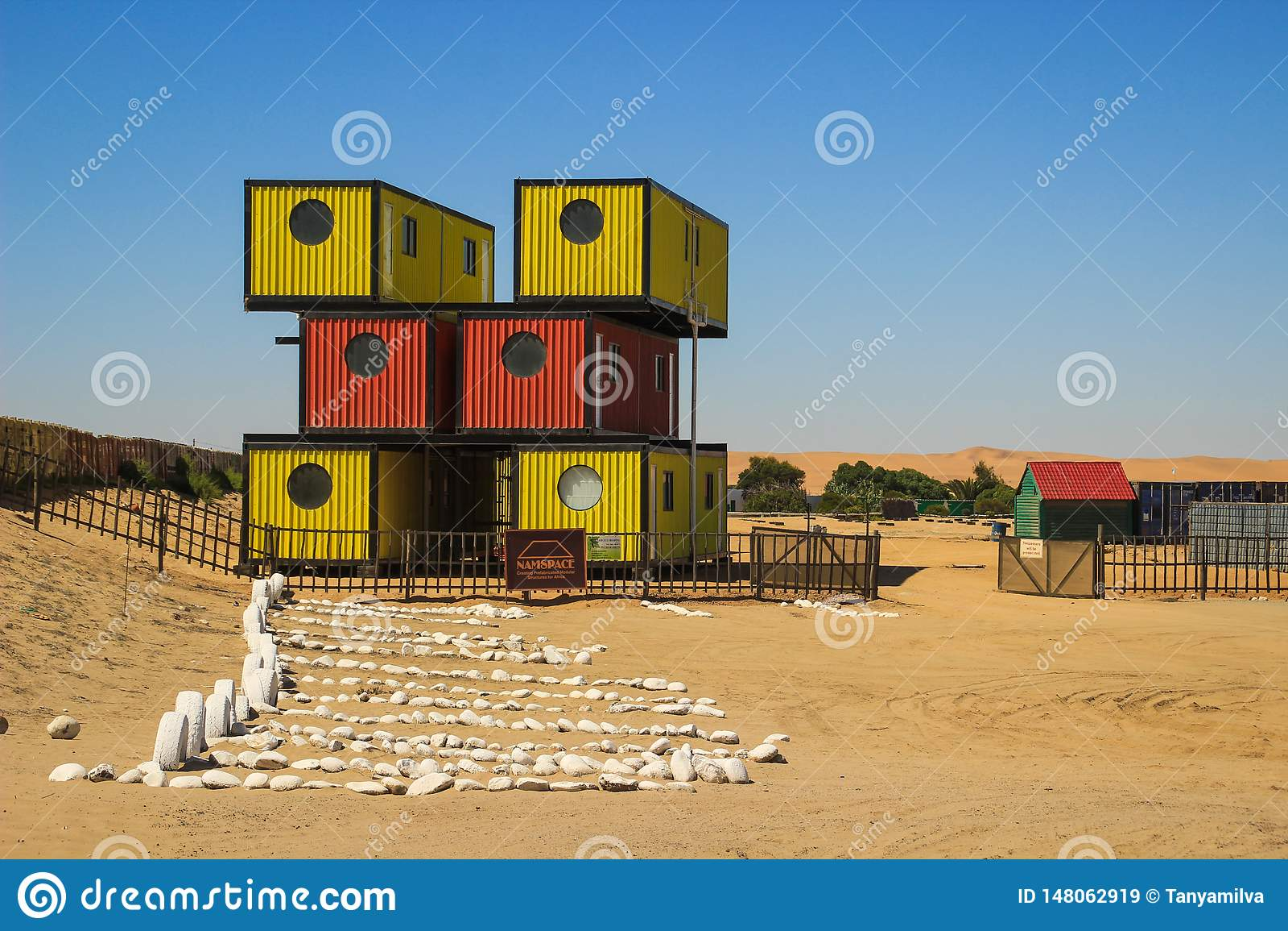Een modern, eenvoudig, mobiel en compact containerhuis Het kaderhuis is heldere rood en geel