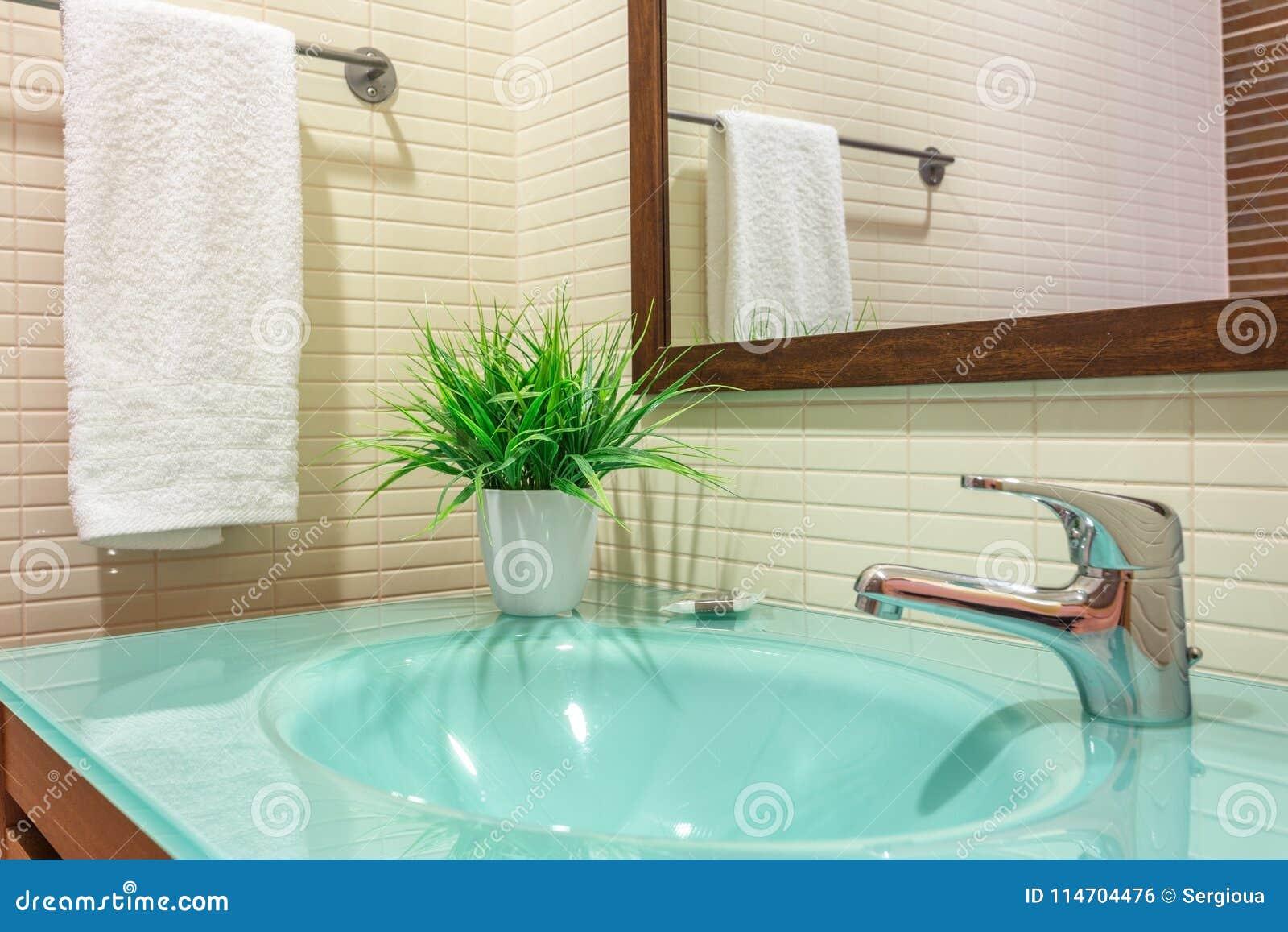 Een modern toilet met een wasbak en een bloempot voor decoratie