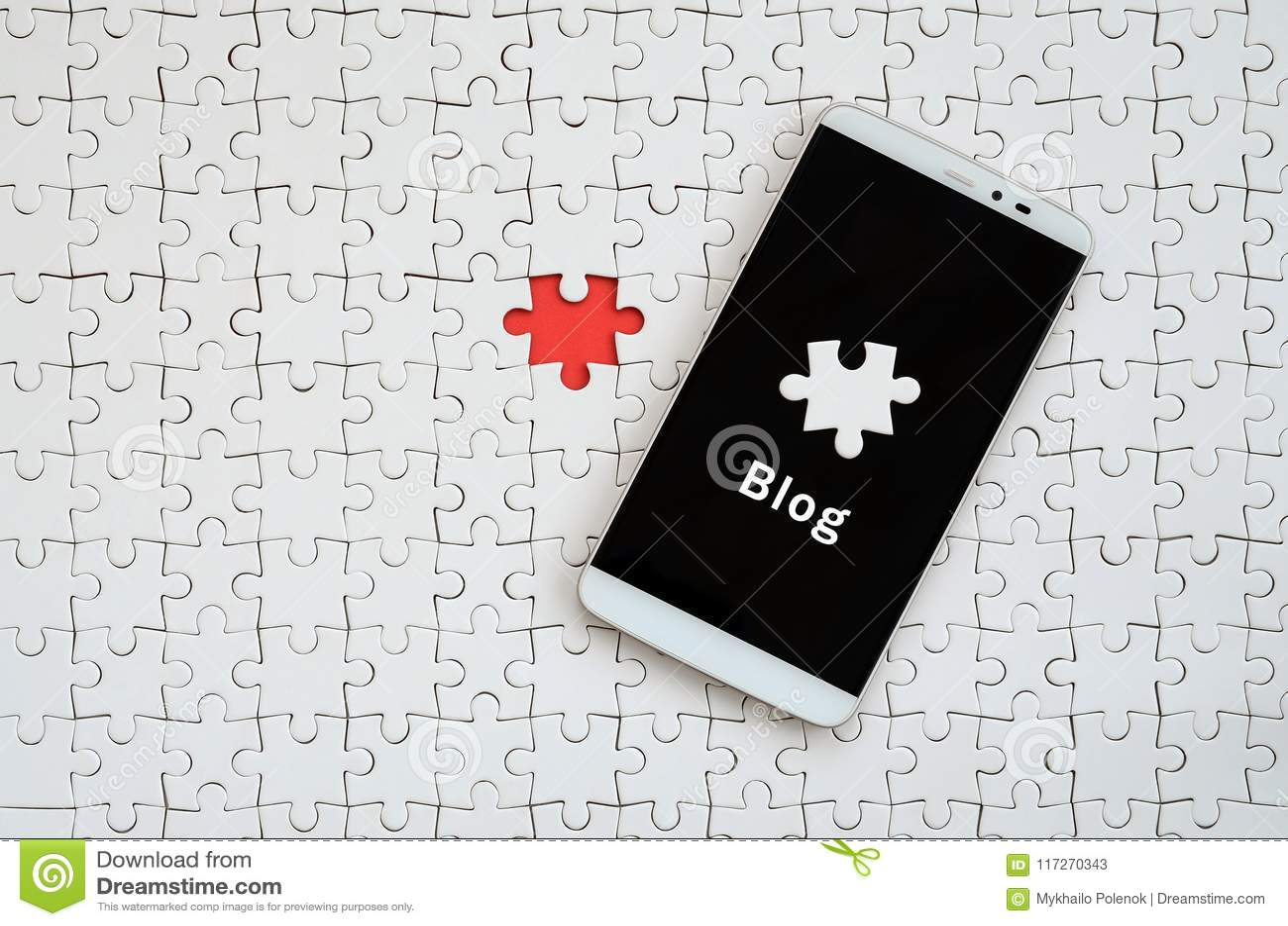 Een moderne grote smartphone met het aanrakingsscherm ligt op witte kalibers