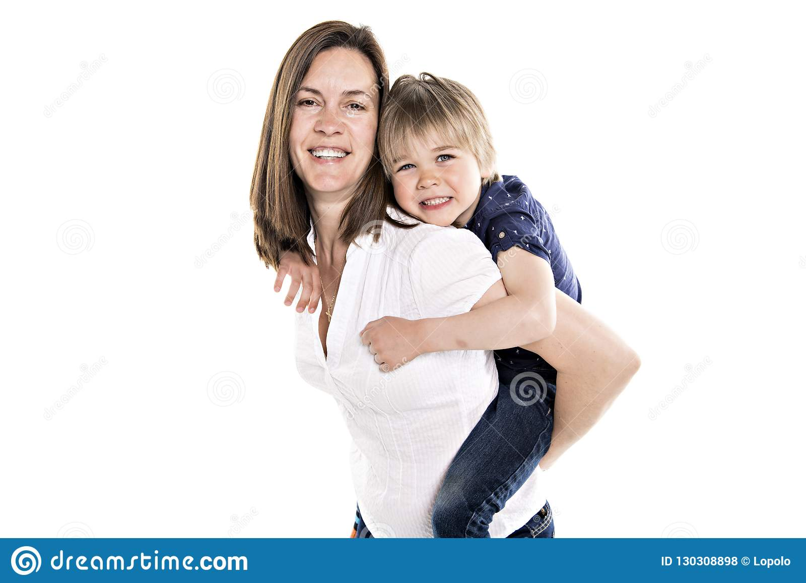 Een Moeder en zijn vijf jaar blonde die zoons samen op wit wordt geïsoleerd
