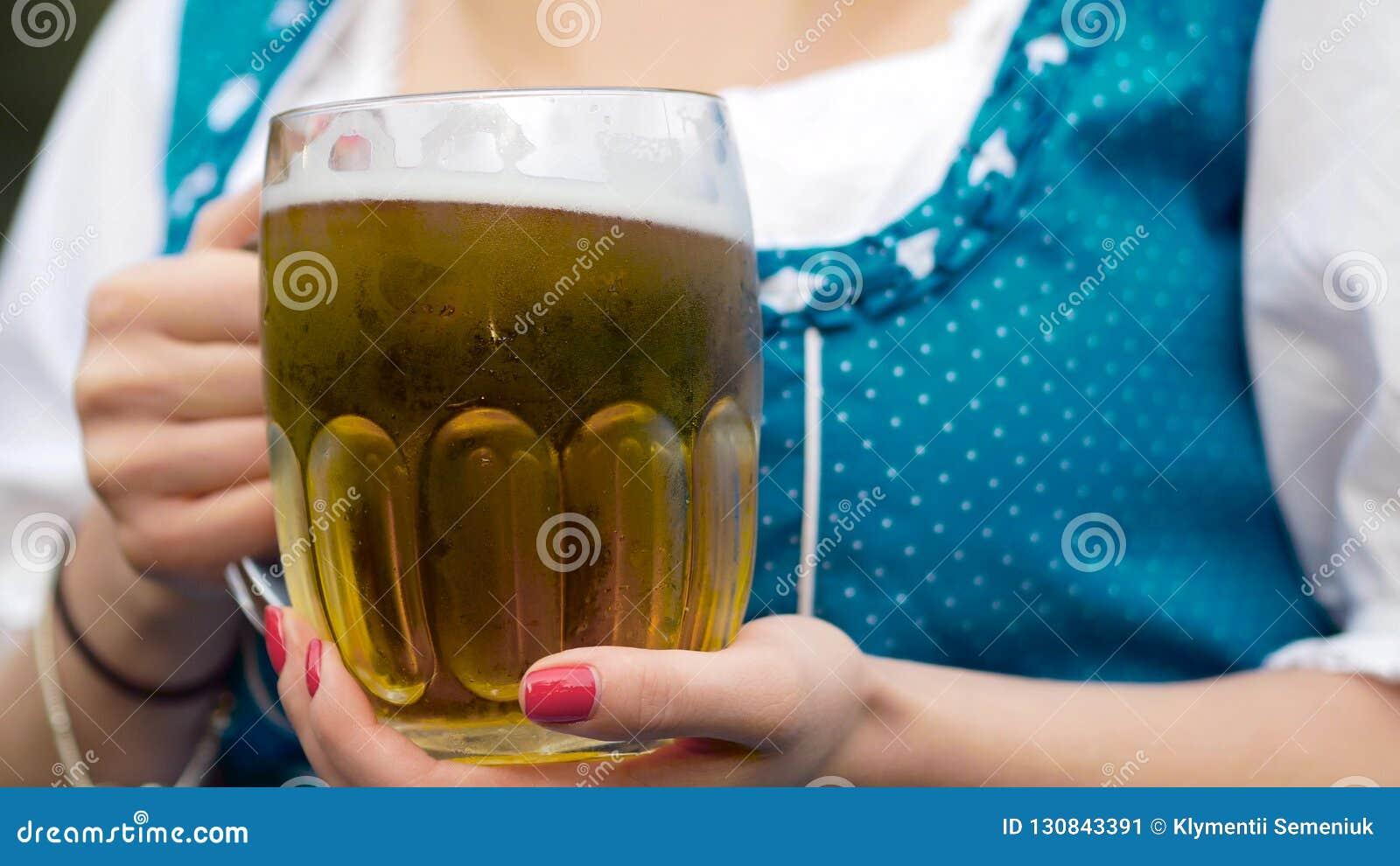 Een mok een bier in een het meest oktoberfest hand