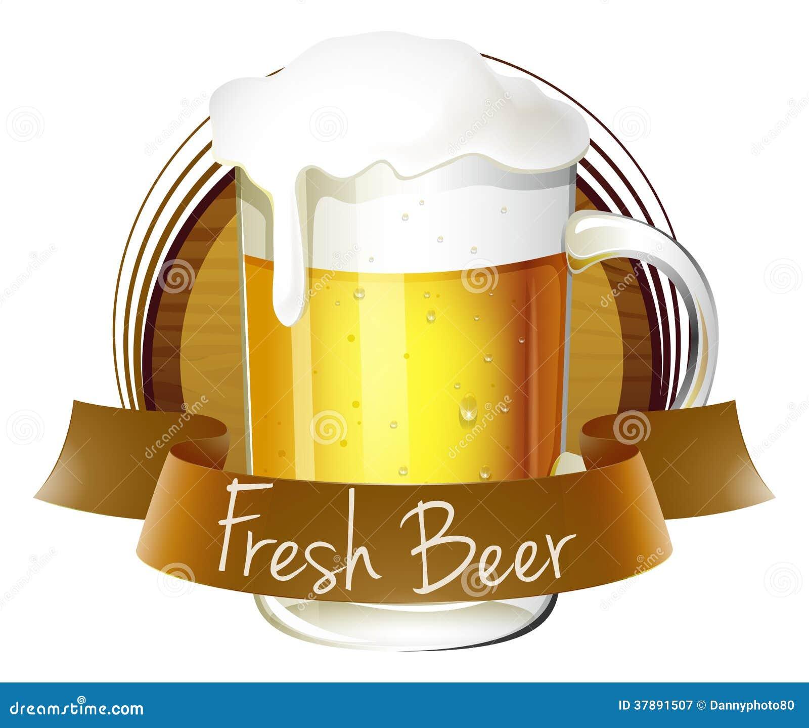 Een mok bier met een vers bieretiket