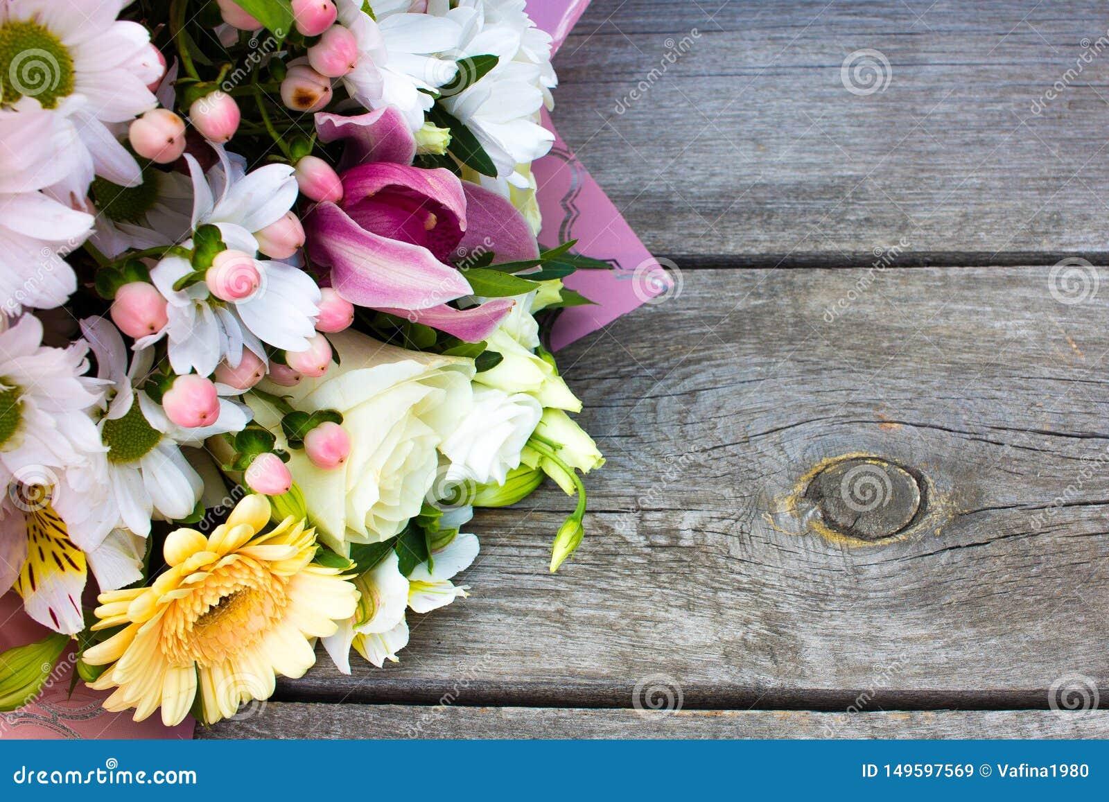 Een mooi boeket van mooie verscheidenheid van bloemen