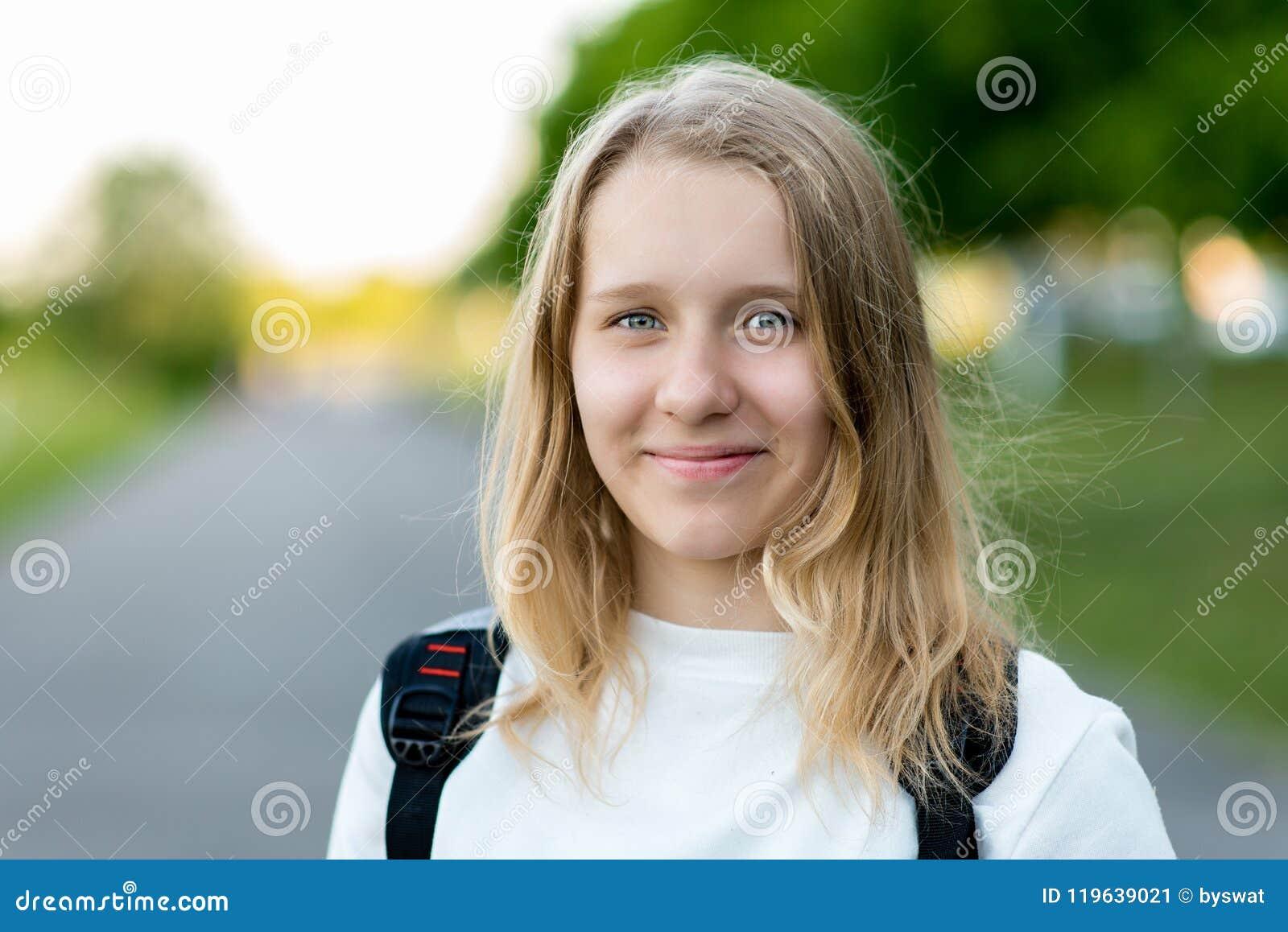 Een mooi kind, tiener De zomer in aard De gelukkige jonge zakken van de meisjesholding op een witte achtergrond Glimlacht gelukki