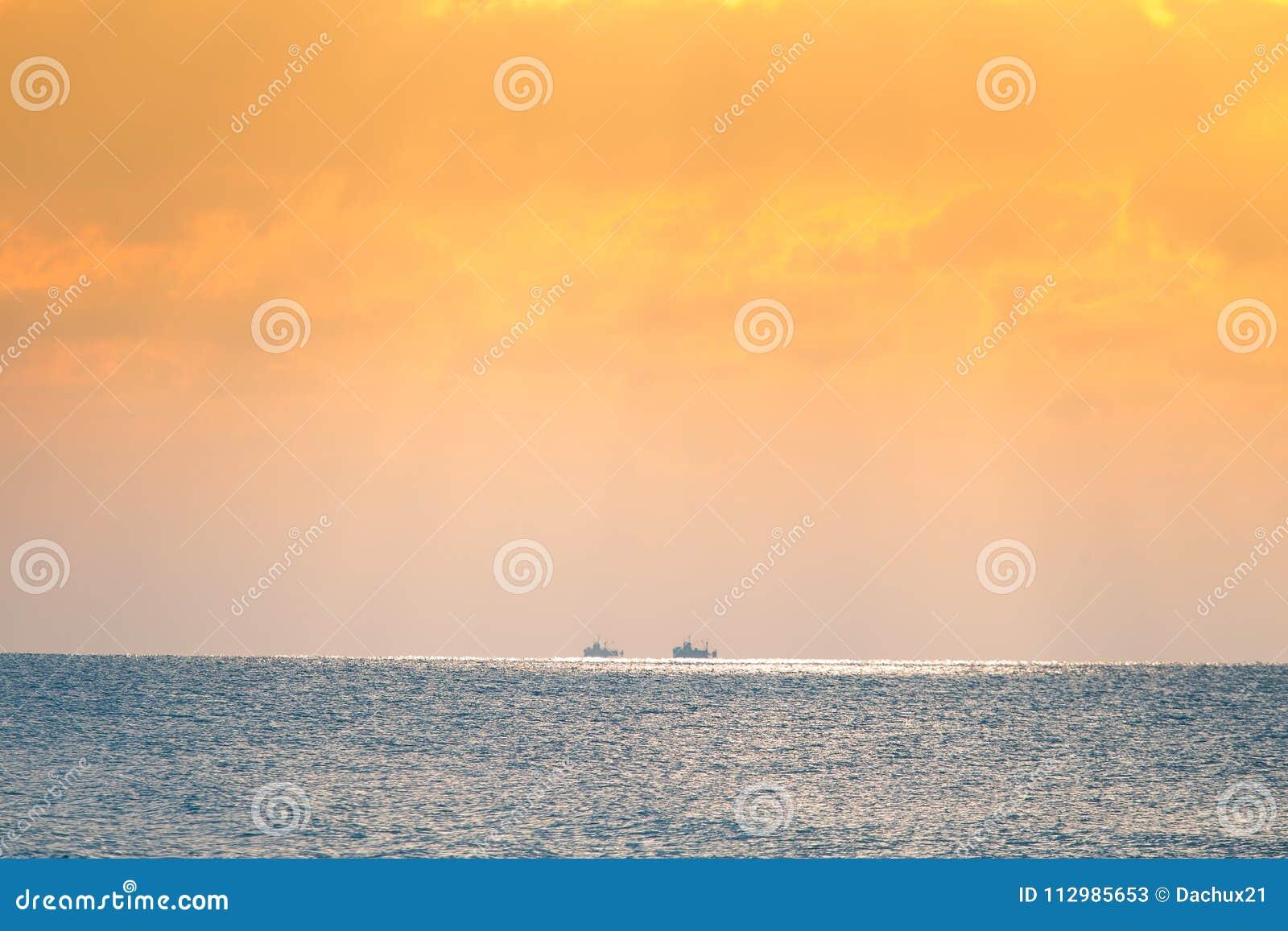 Een mooi landschap van een overzees in de winteravond Oostzee bij de zonsondergang